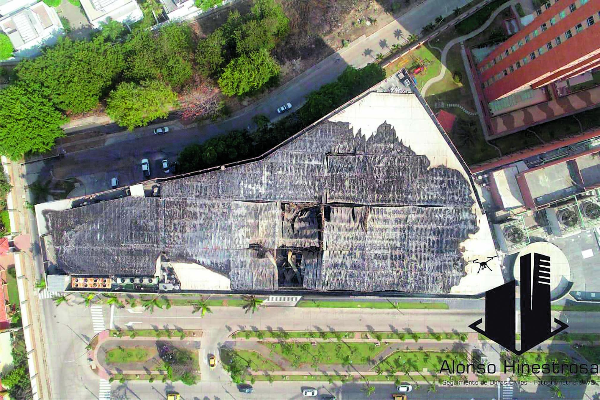 Toma aérea que muestra daños en el techo.