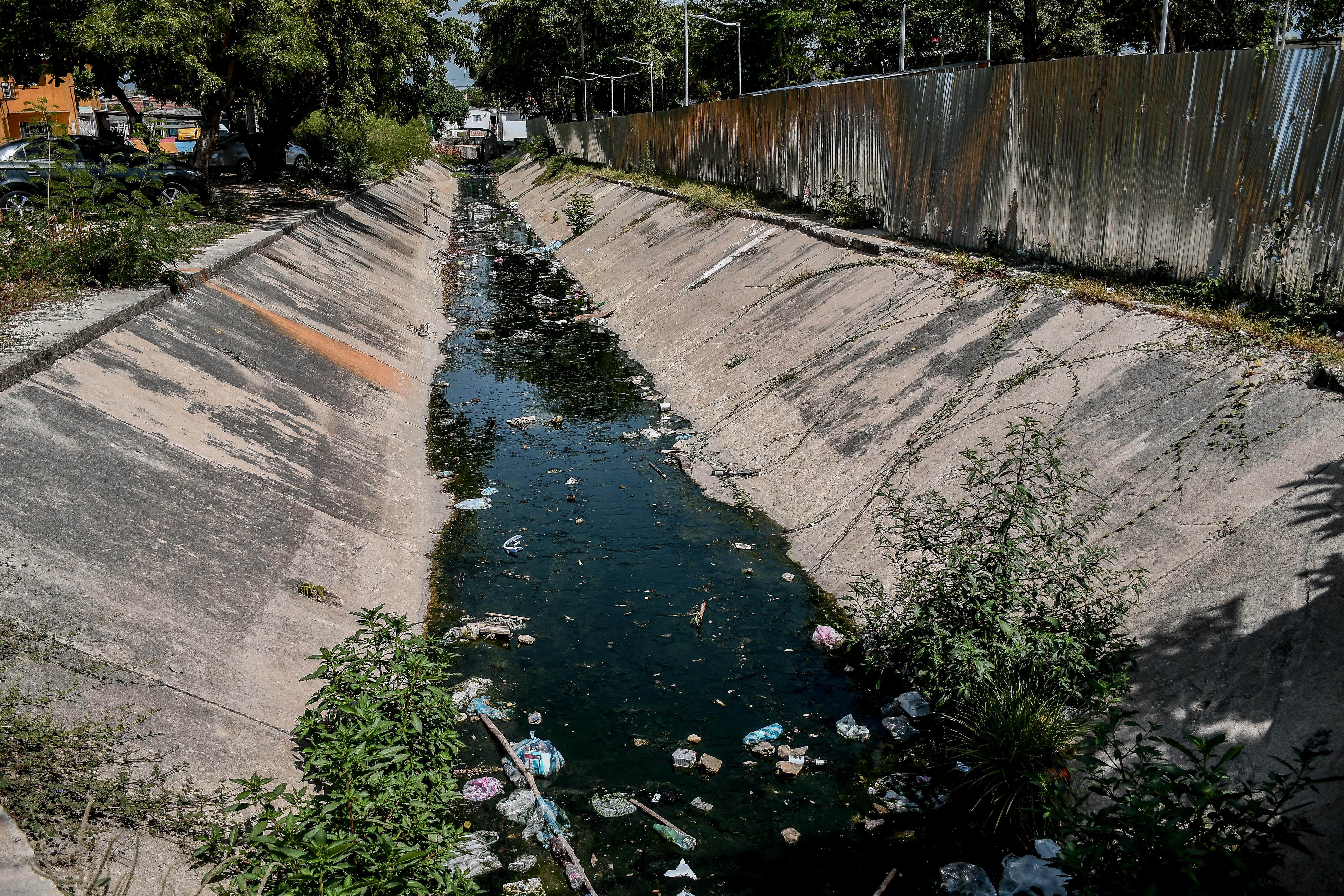 Aspecto del arroyo de la Ciudadela 20 de Julio, con aguas verdes y basuras en varios puntos.