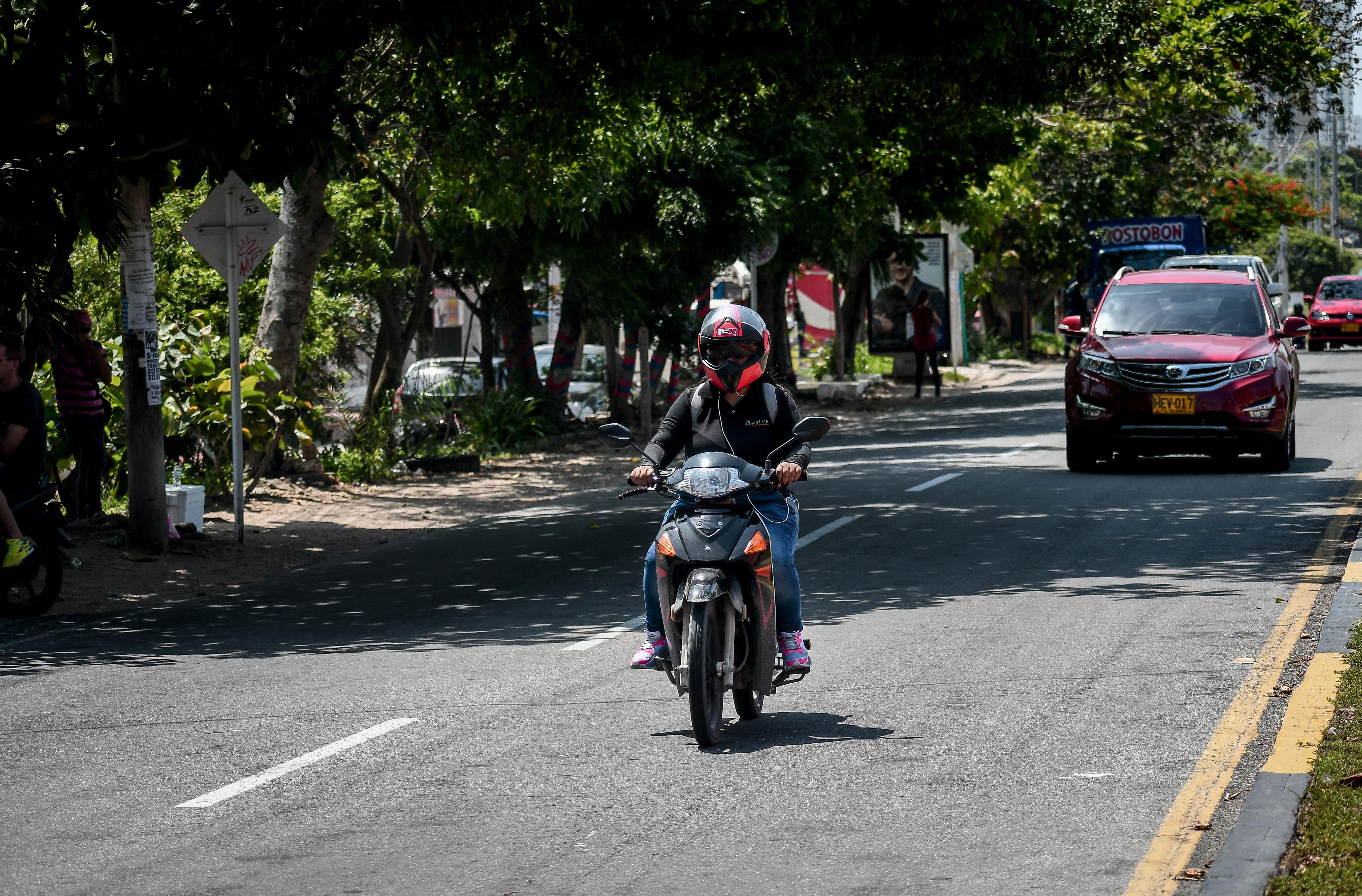 Una motocicleta circula sin problemas por la 51b.