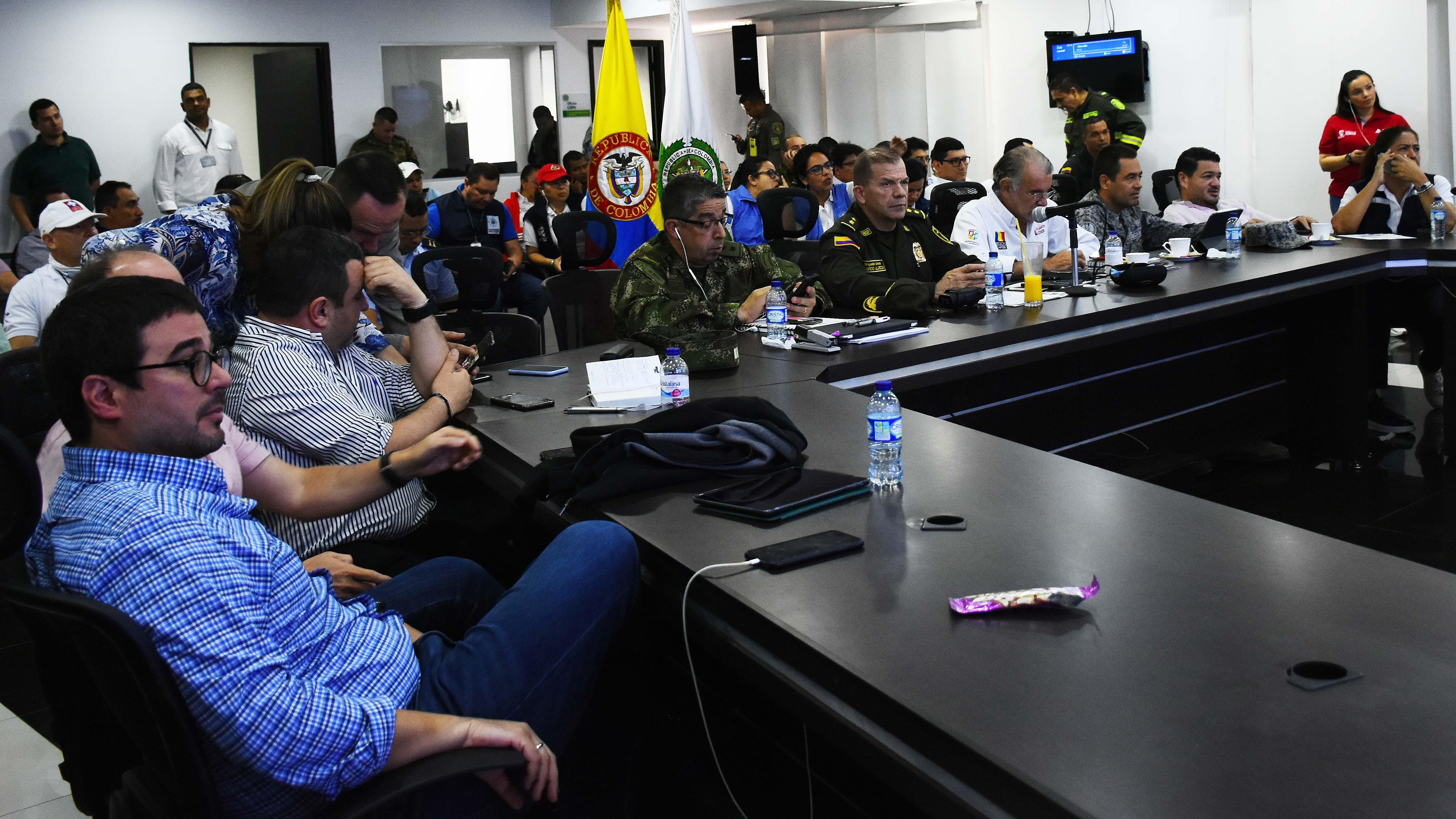 Las autoridades reunidas en el PMU. Uno de los acuerdos fue permitir que un miembro de la CUT estuviera presente en el lugar.