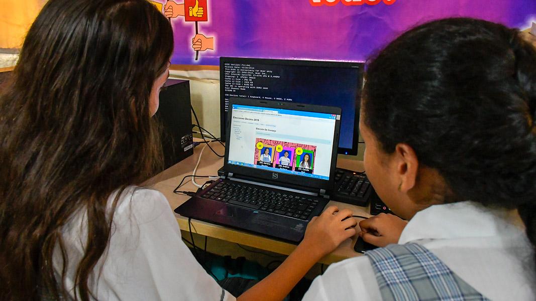 Alumnas eligiendo candidatas a personería.