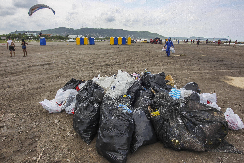 Las basuras fueron recolectadas en bolsas negras.