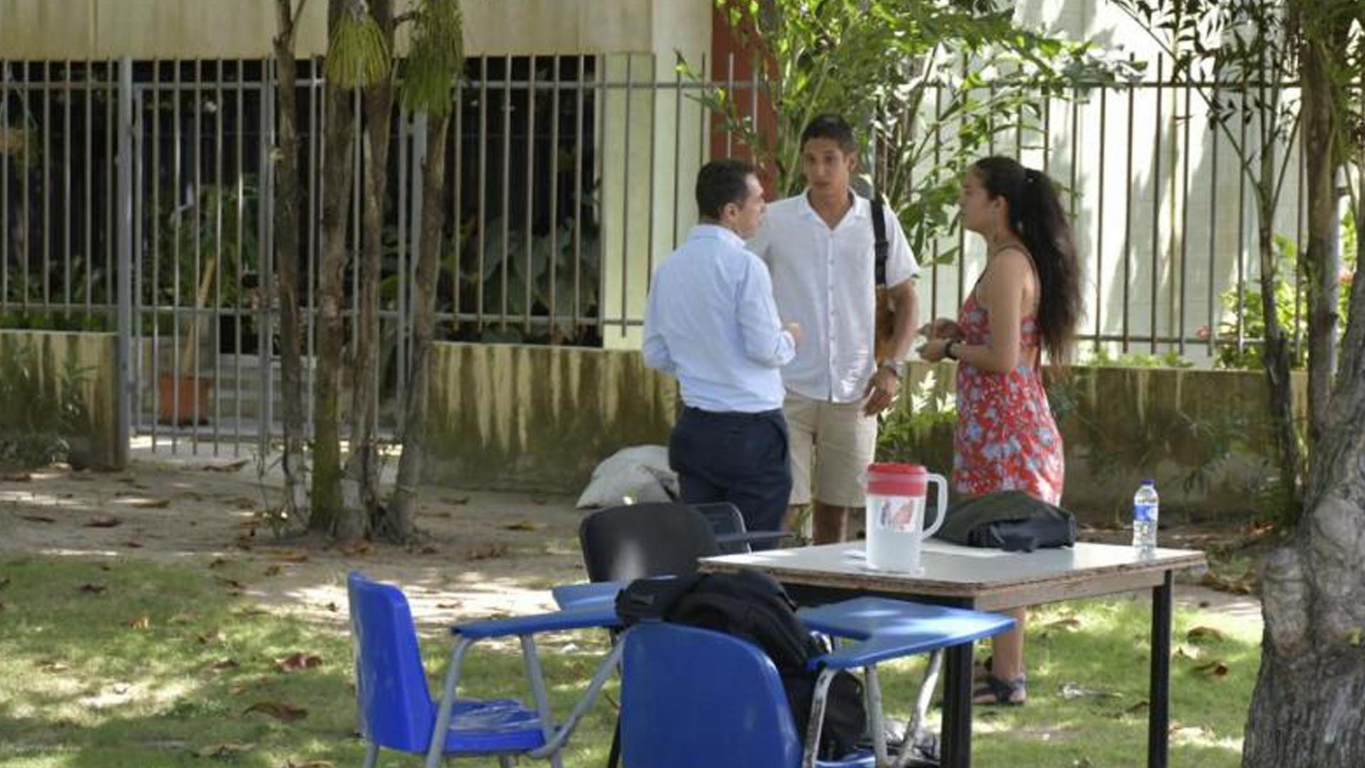 Rector (e) atiende a dos estudiantes.