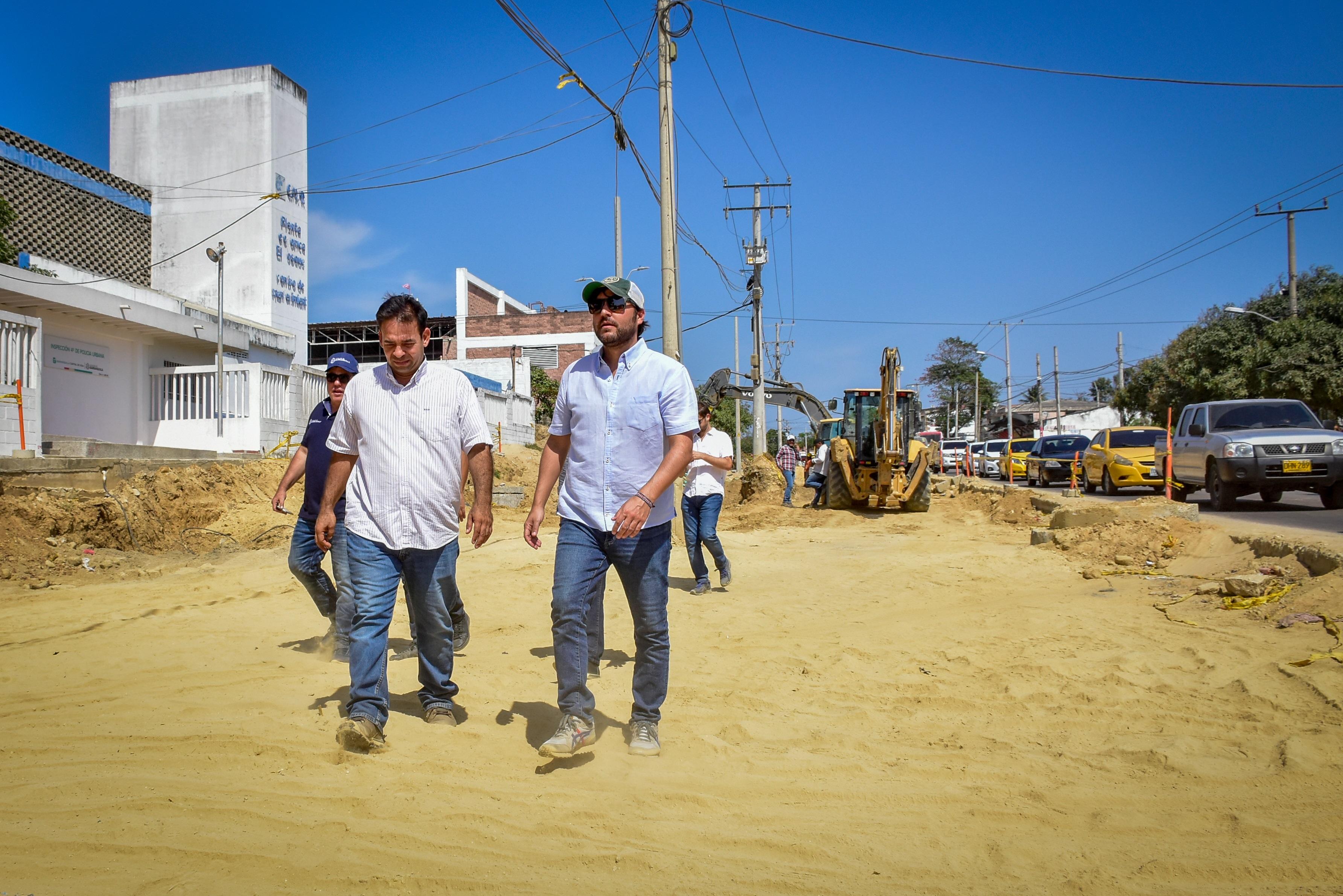 El alcalde Jaime Pumarejo recorre un tramo de la ampliación de la Cordialidad.