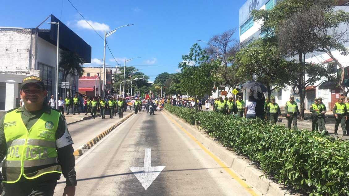 Un grupo de policías encabezaron la marcha por la carrera 46 para acompañar a los manifestantes. Los uniformados no llevaron armas.