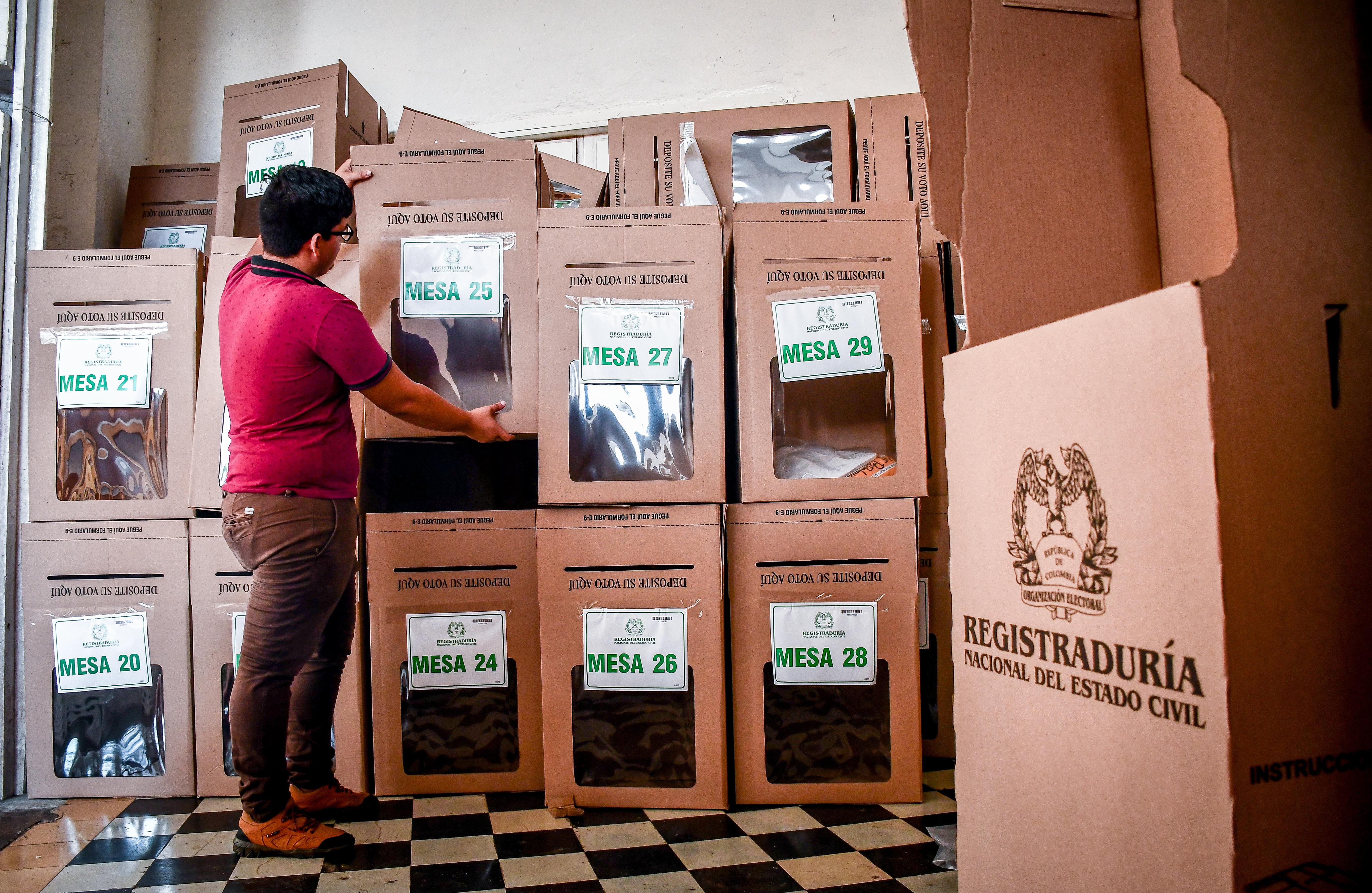 Un hombre revisa las urnas en el Instituto La Salle.