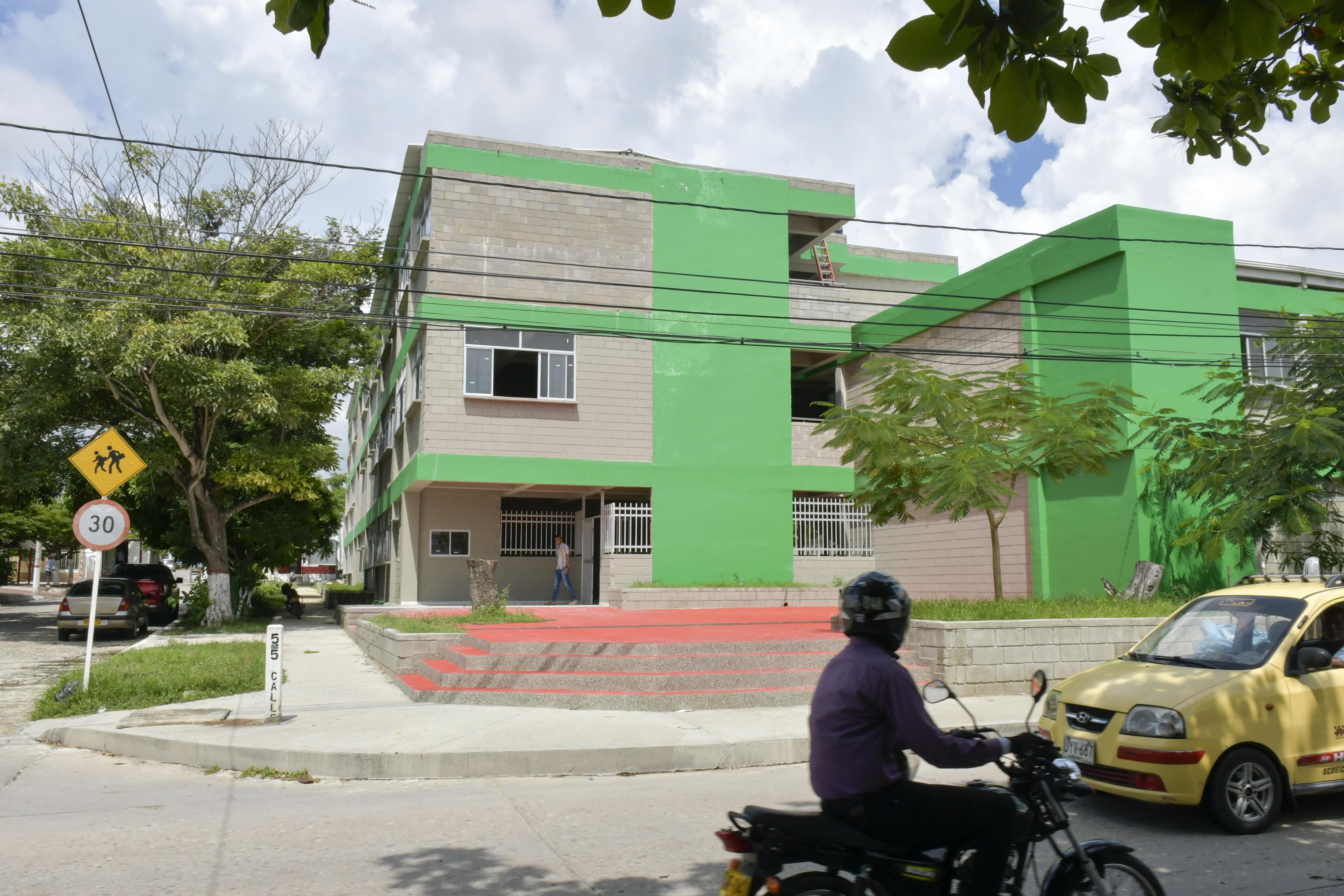 Fachada del megacolegio en el barrio Los Pinos.