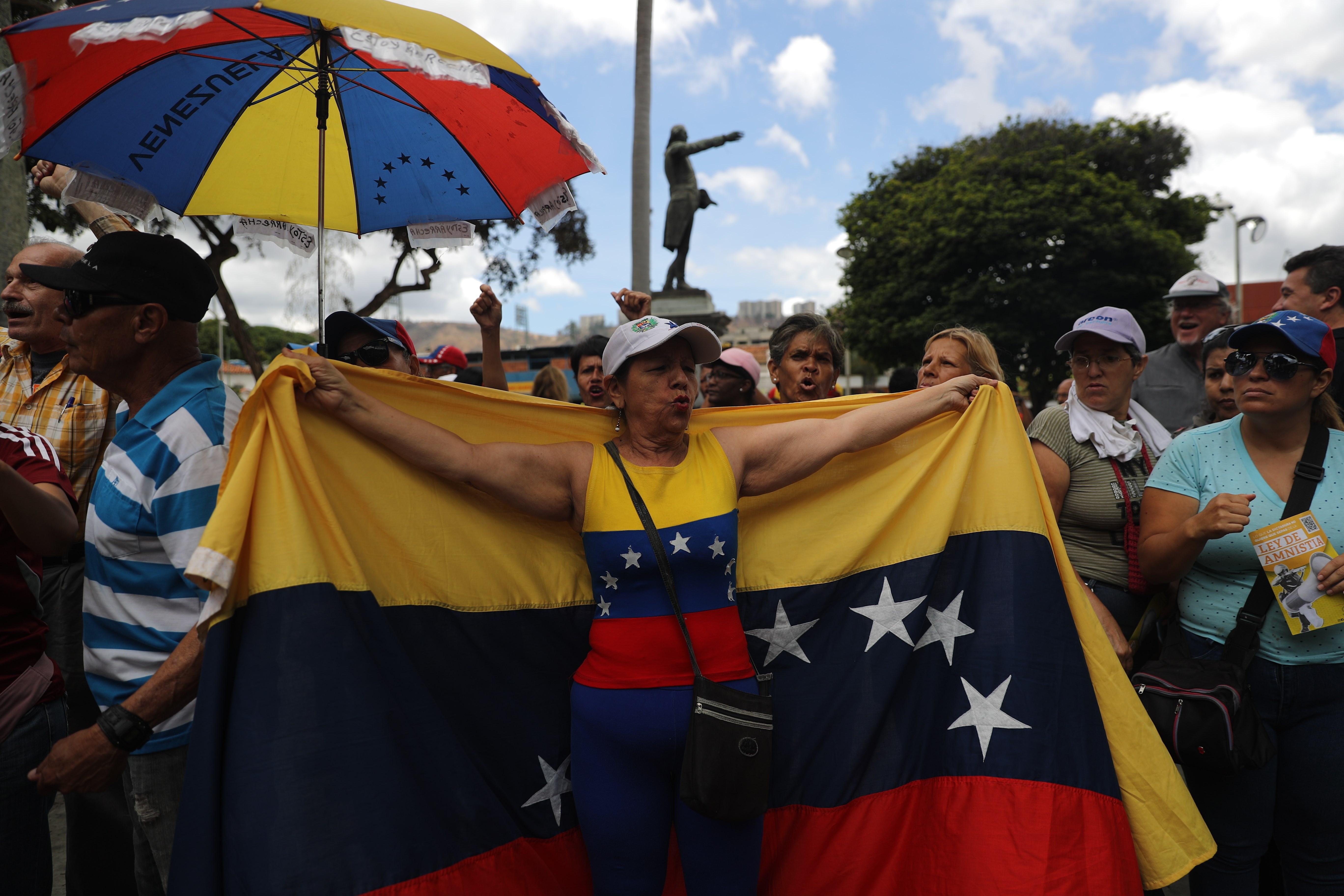 Ciudadenos se volcaron este sábado hacia los cuarteles militares atendiendo el llamado del presidente del Parlamento de Venezuela, Juan Guaidó.