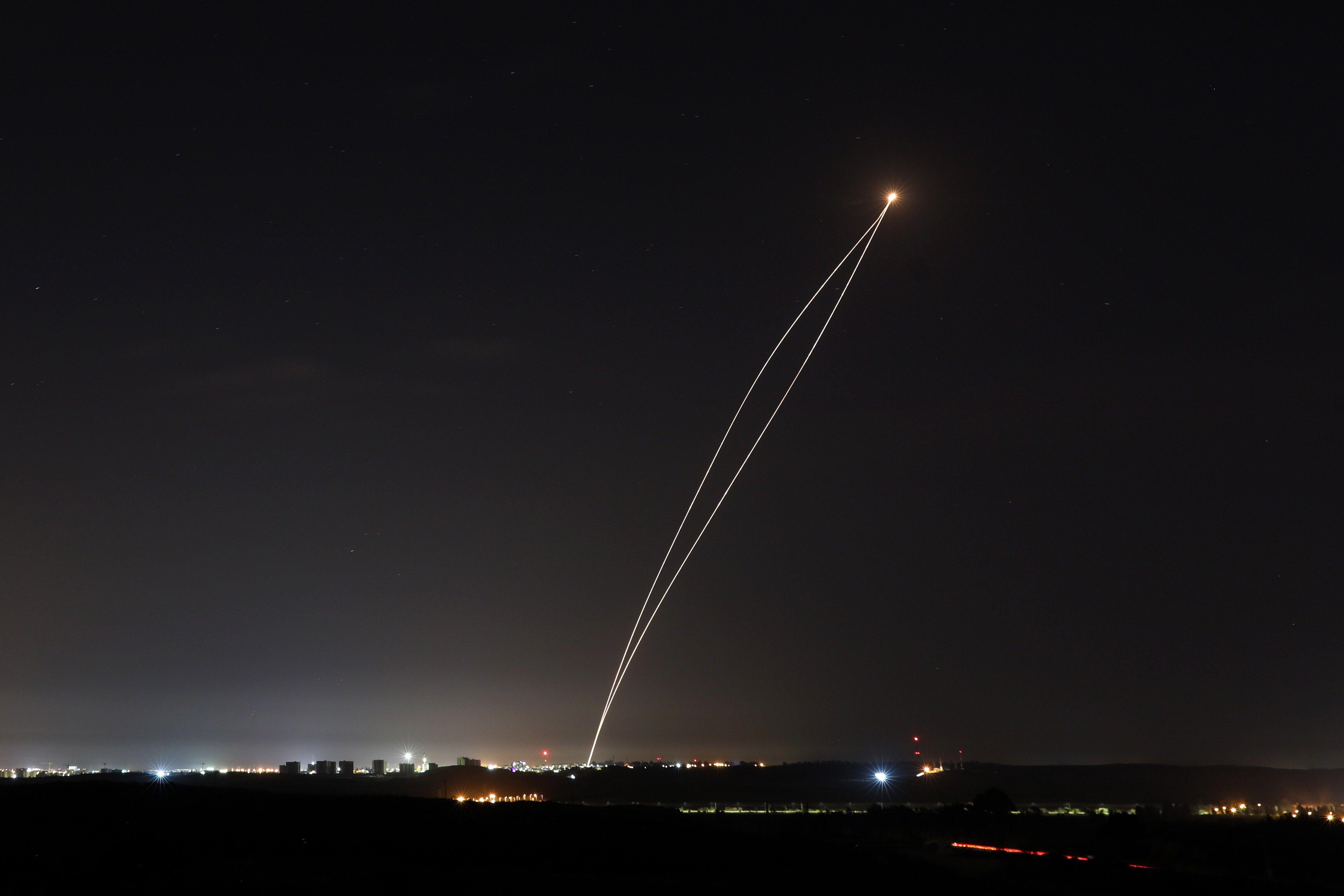 La imagen captó uno de los 250 cohetes disparado desde Gaza en el momento en que es interceptado por un sistema de defensa antimisiles de Israel.