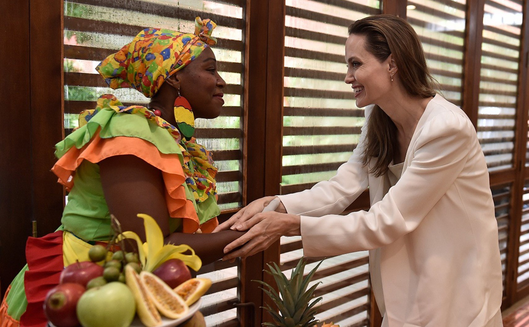Angelina Jolie saluda a una mujer palenquera durante su encuentro con el presidente Duque en la Casa de Huéspedes de Cartagena. Jolie viajó a Maicao.