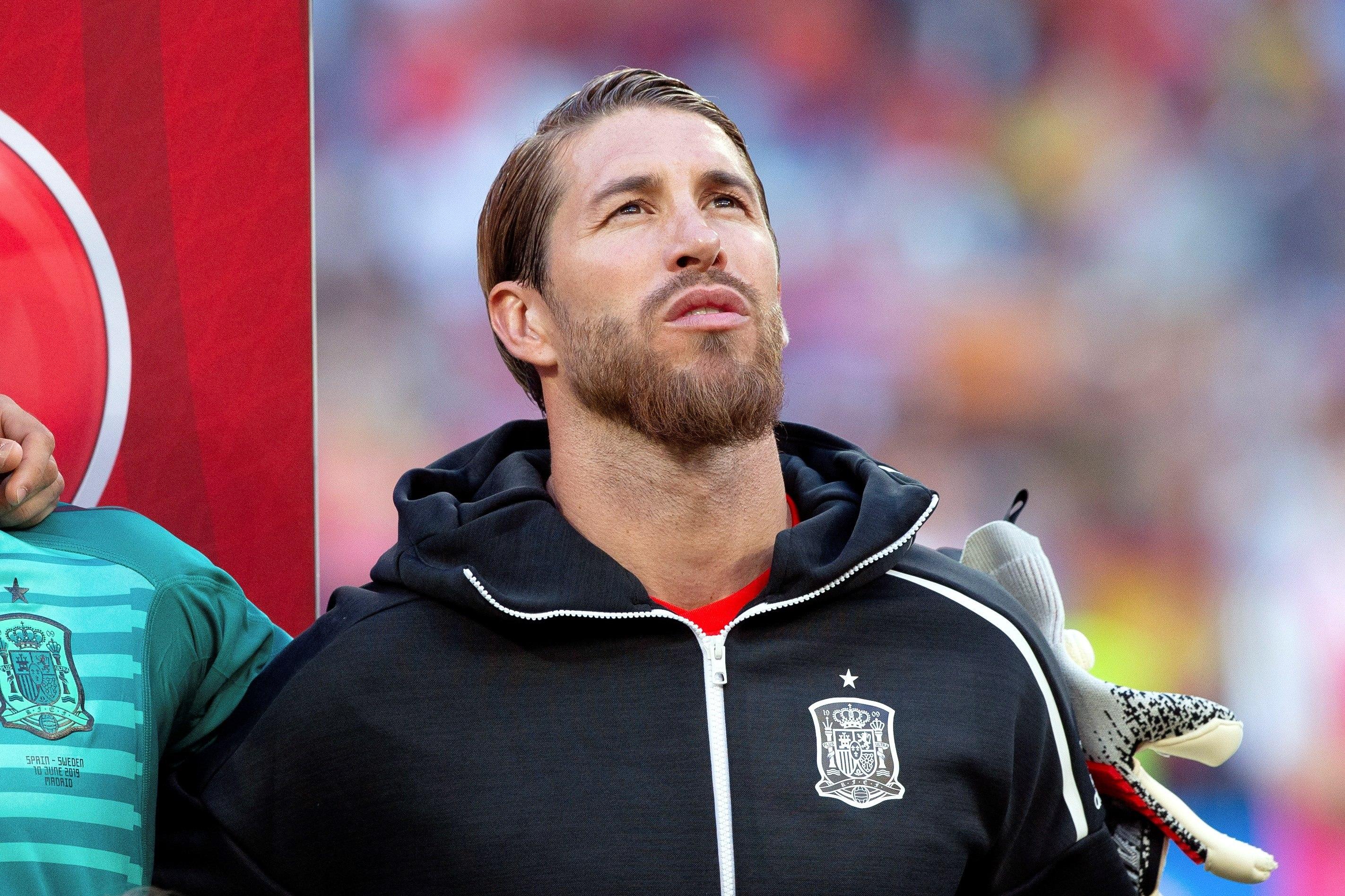 Su excompañero Sergio Ramos junto al equipo español le riende homenaje a Reyes luego de fallecer en un accidente de transito.