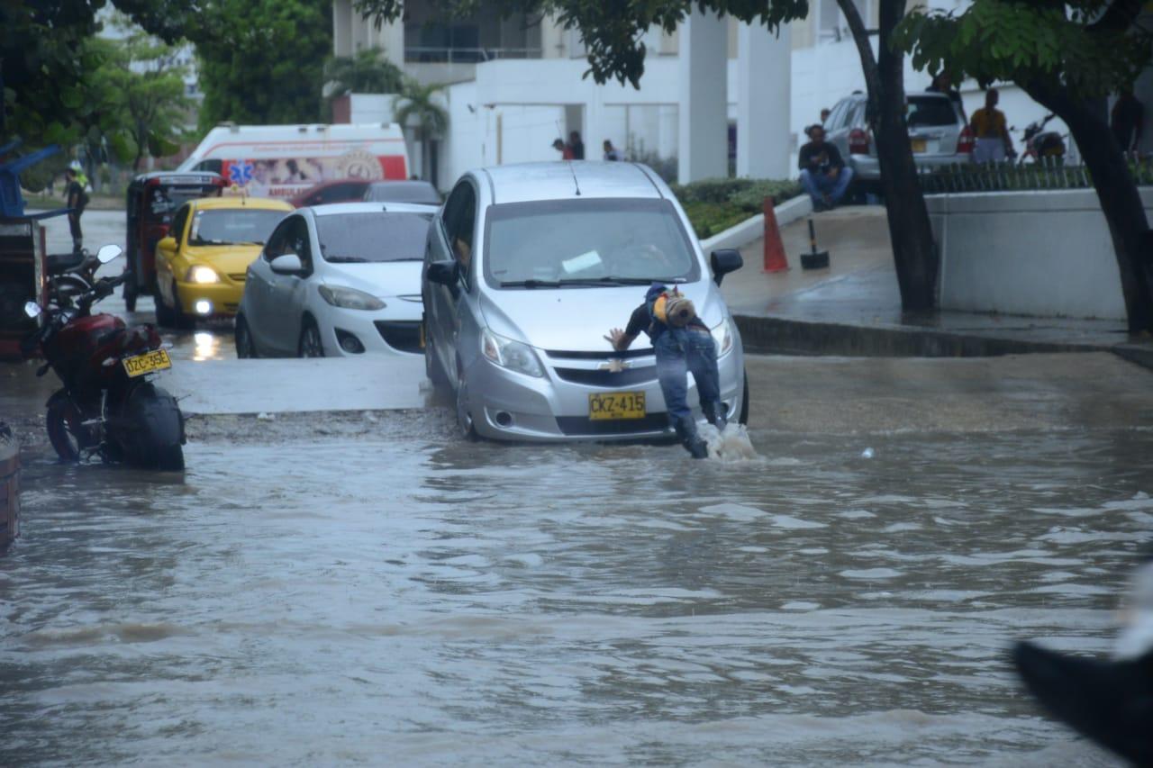 Agua estancada el la calle 30 a la derecha del hospital Universidad del Norte.