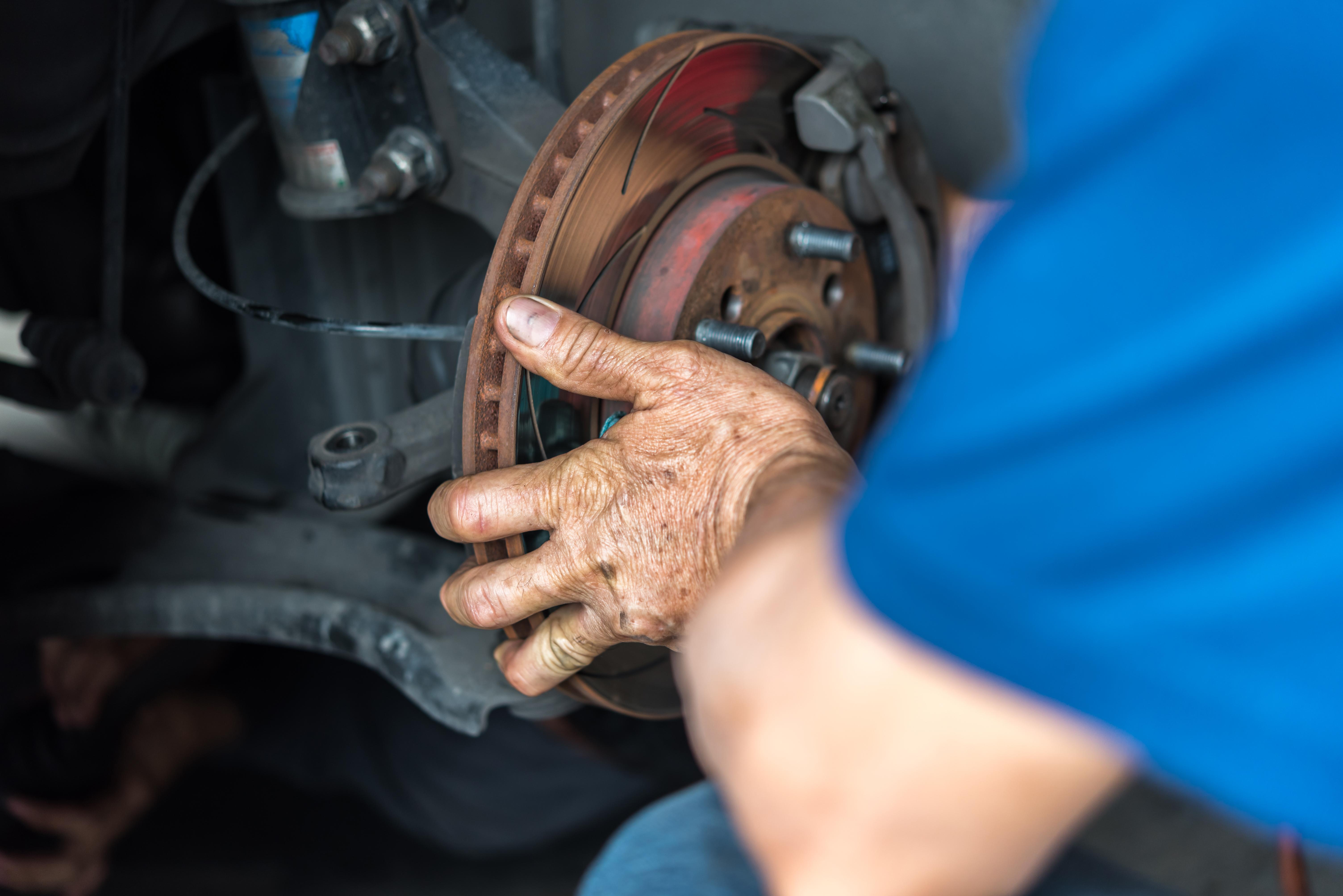 Trabajadores de la industria automotriz se exponen al asbesto al manipular las pastillas para frenos.