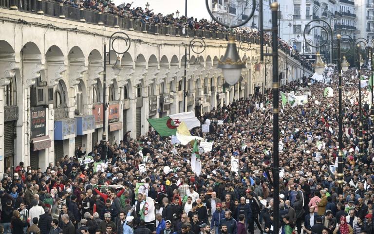 Manifestantes colmaron las calles en Argelia.