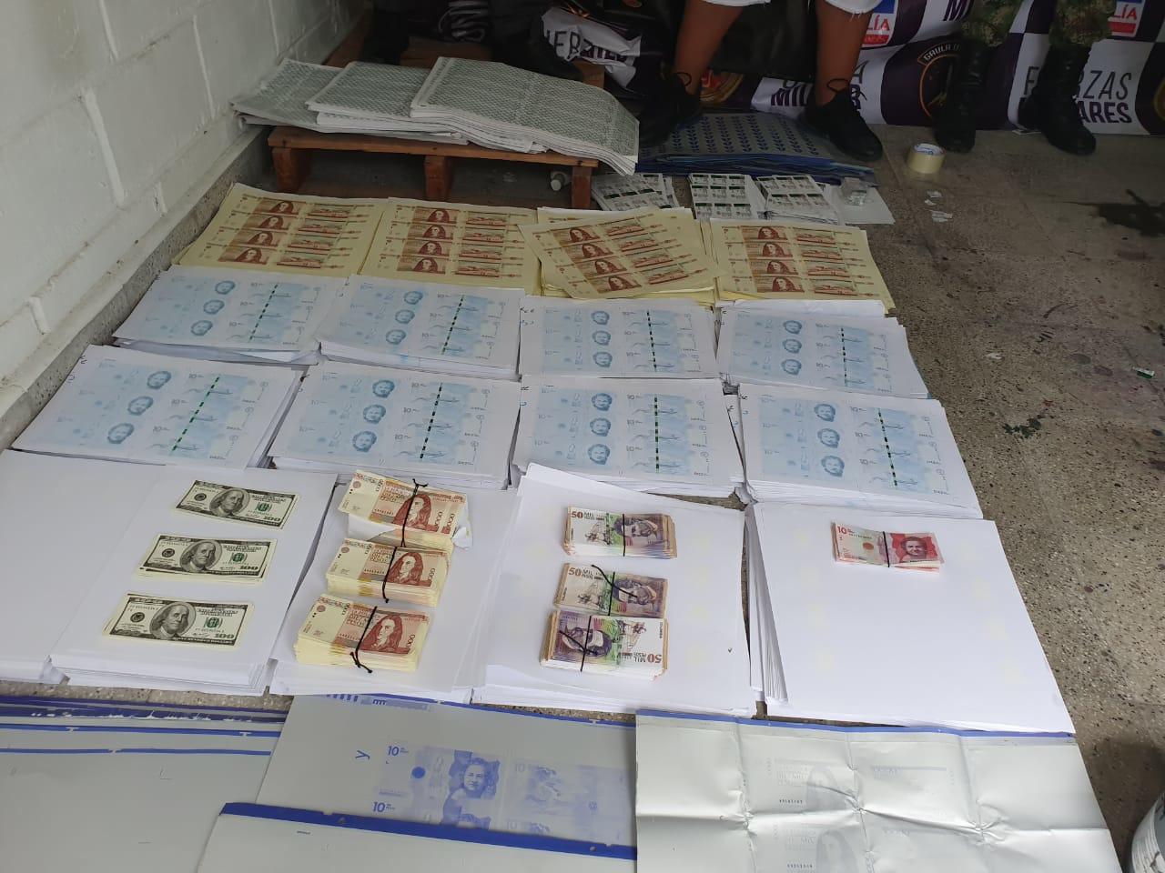 Varios de los billetes falsos hallados en un operativo.