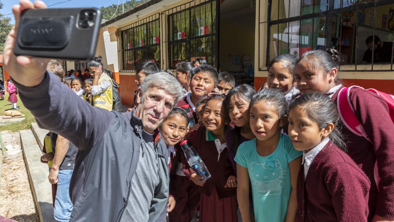 El empresario español con estudiantes en México.