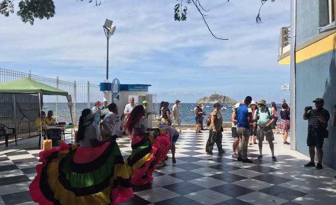 Con música autóctona recibieron a los turistas.