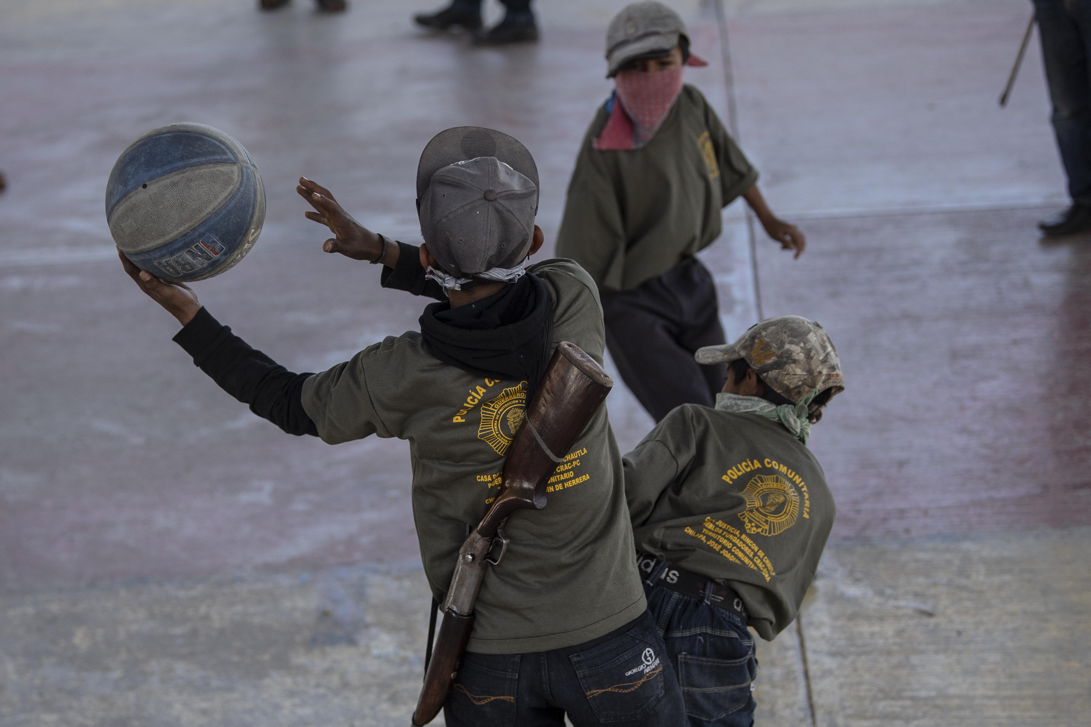 Los niños juegan con un balón en un receso durante los entrenamientos.