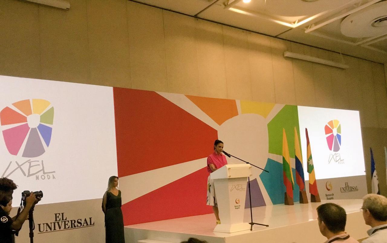 Erika Rohenes, presidenta ejecutiva de Ixel Moda, da el discurso de bienvenida en Cartagena.