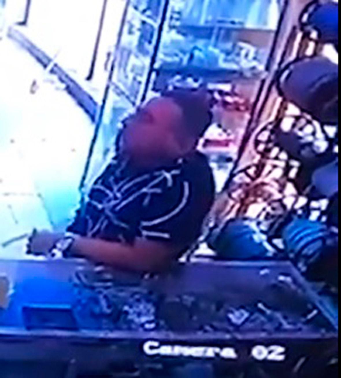 En cámara de video se vio al hombre comprar el material utilizado en el crimen.