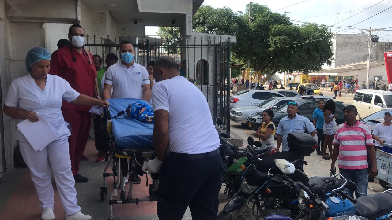 Momento en que trasladan al bebé de un mes de nacido a la clínica Portoazul.