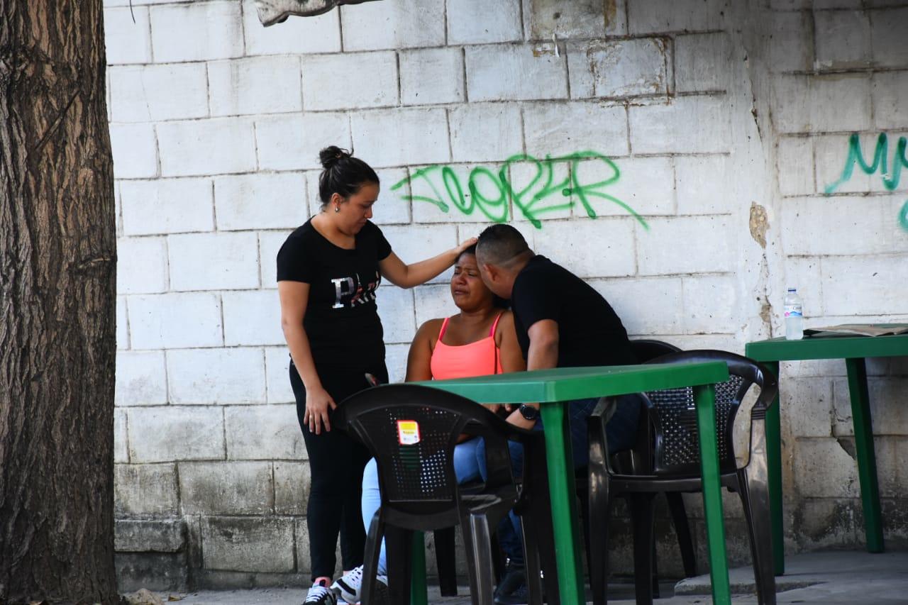 Betsaida Martínez, madre biológica de la pequeña Antonella, llorando la muerte de la niña.