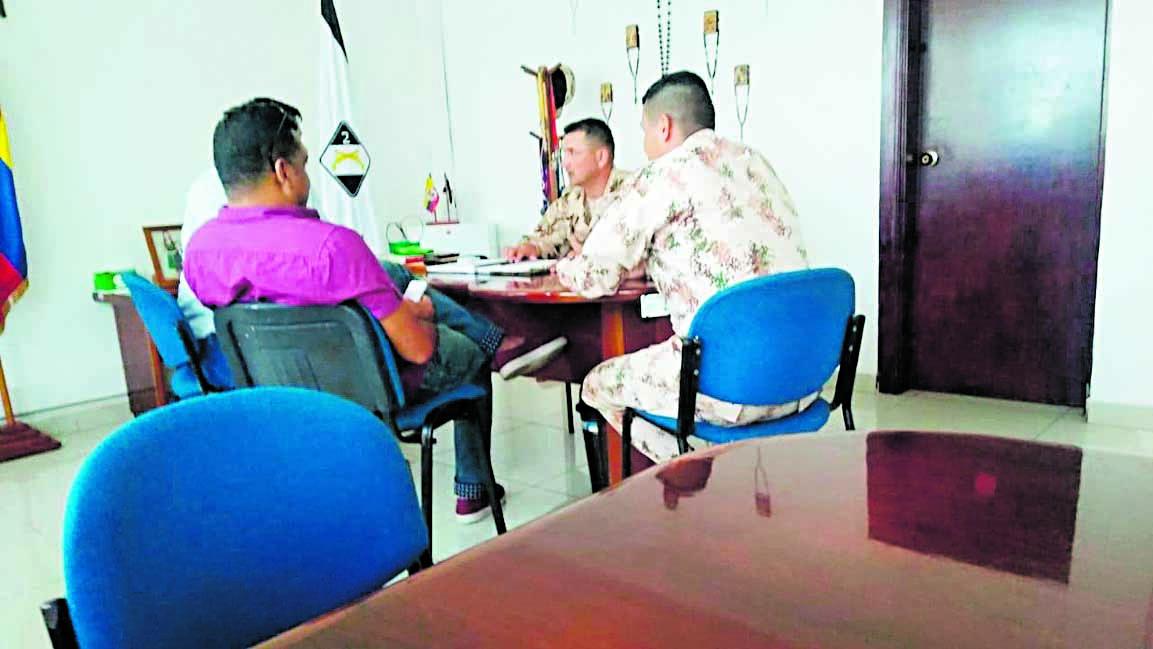 Vista de la reunión sostenida con los militares.