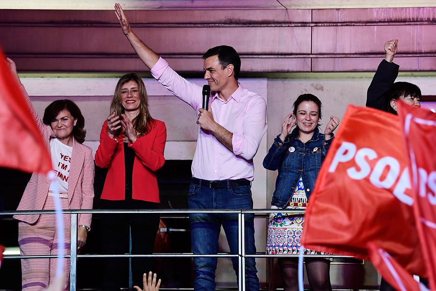 Pedro Sanchéz junto a su esposa Begona Gómez(izq) y la vicesecretaria general Adriana Lastra (der).
