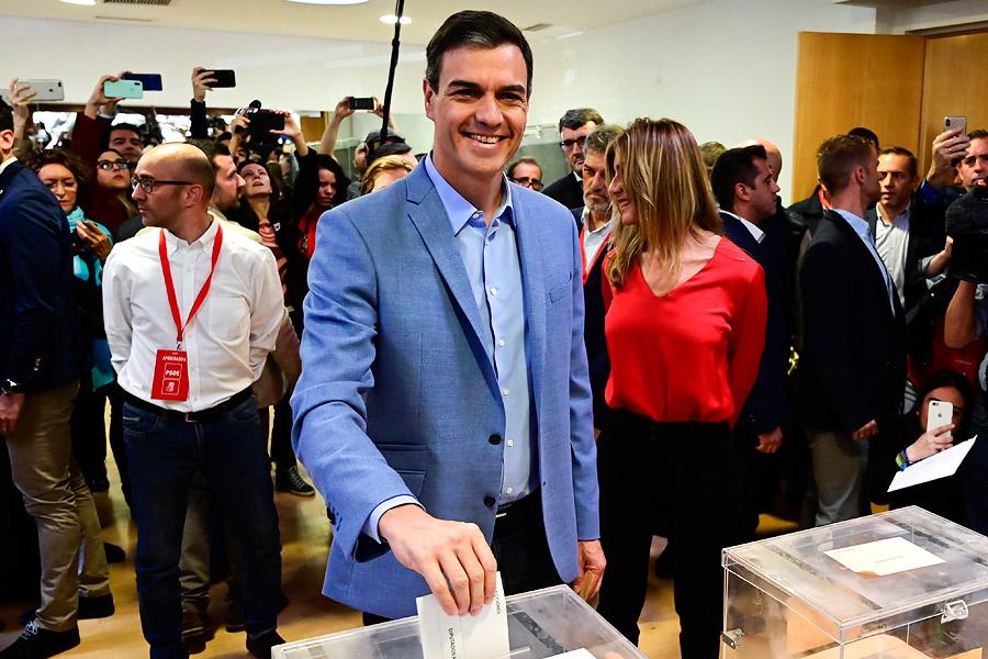 Pedro Sánchez (PSOE) echa su papeleta en las urnas.