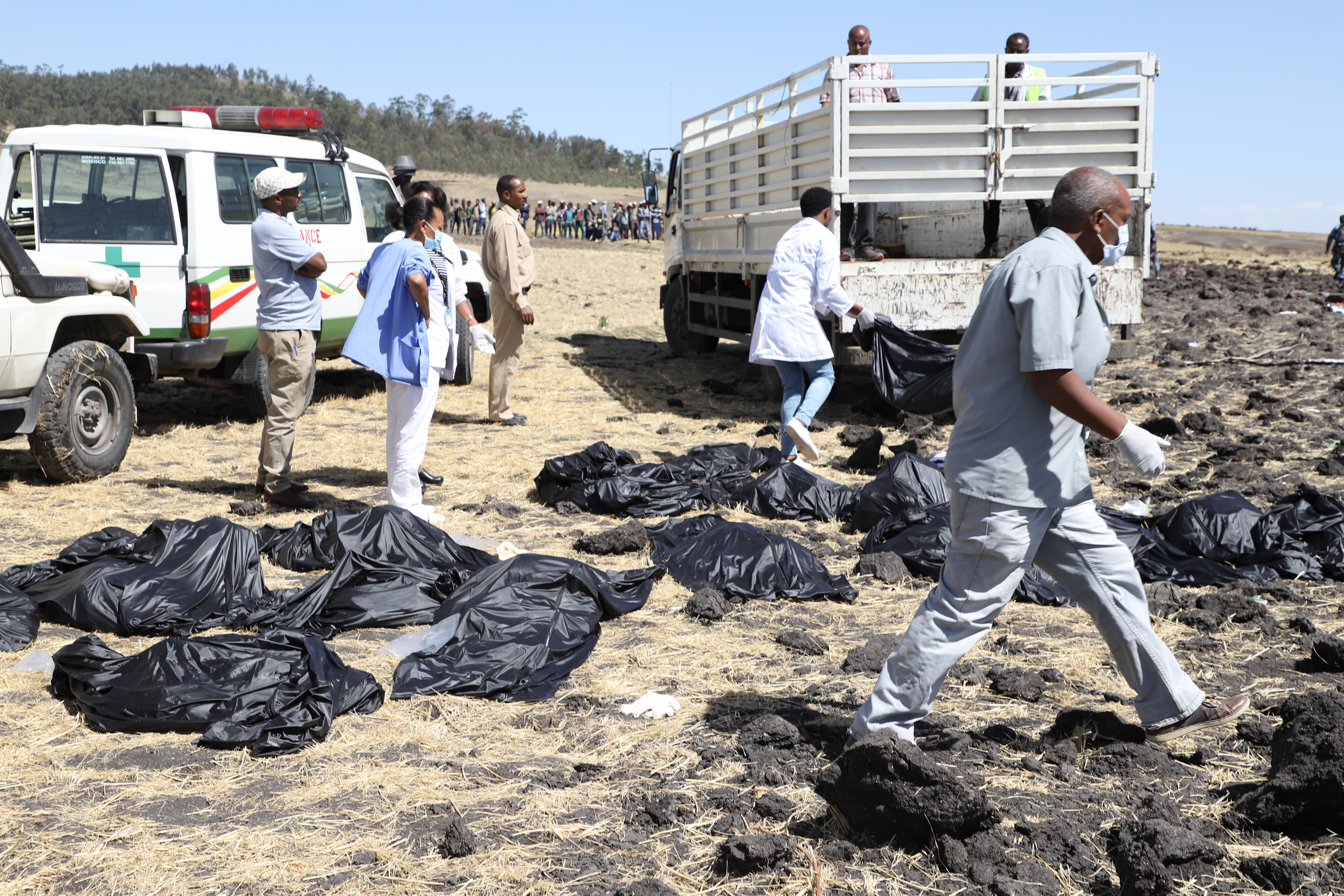 El equipo de rescate recolecta los cuerpos sin vida en bolsas negras.