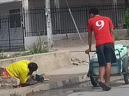 Esta mujer cava la tierra para tratar de sacar agua.