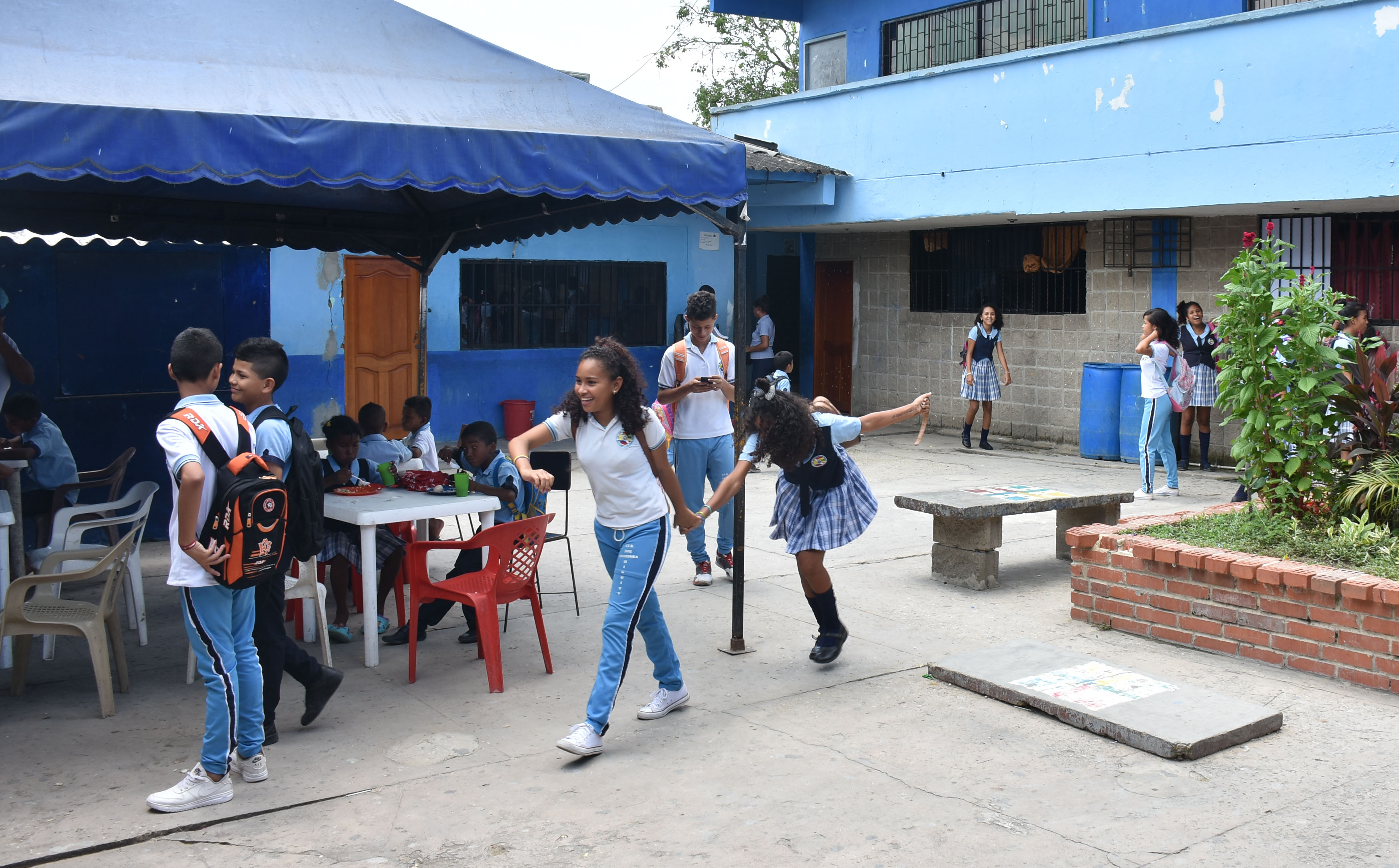 Los estudiantes en el patio de la sede principal.