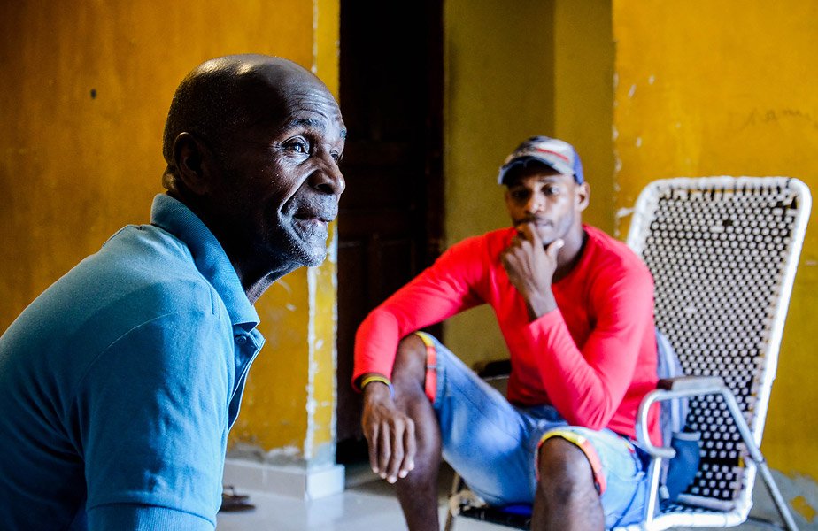 Manuel recuerda sus épocas como pugilista ante la mirada de su hijo Alexis, exfutbolista.