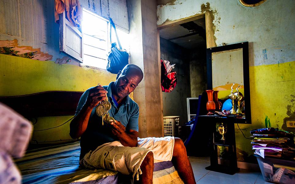 En un cuarto de la casa de su hijo mayor, en el barrio San Felipe, Manuel contempla algunas de las medallas que ha ganado su descendencia. No conserva ni una de las que él ganó.