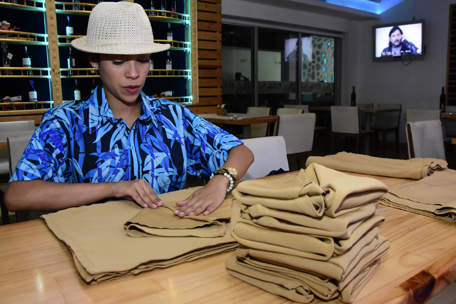 La periodista organiza las servilletas antes de empezar el servicio.