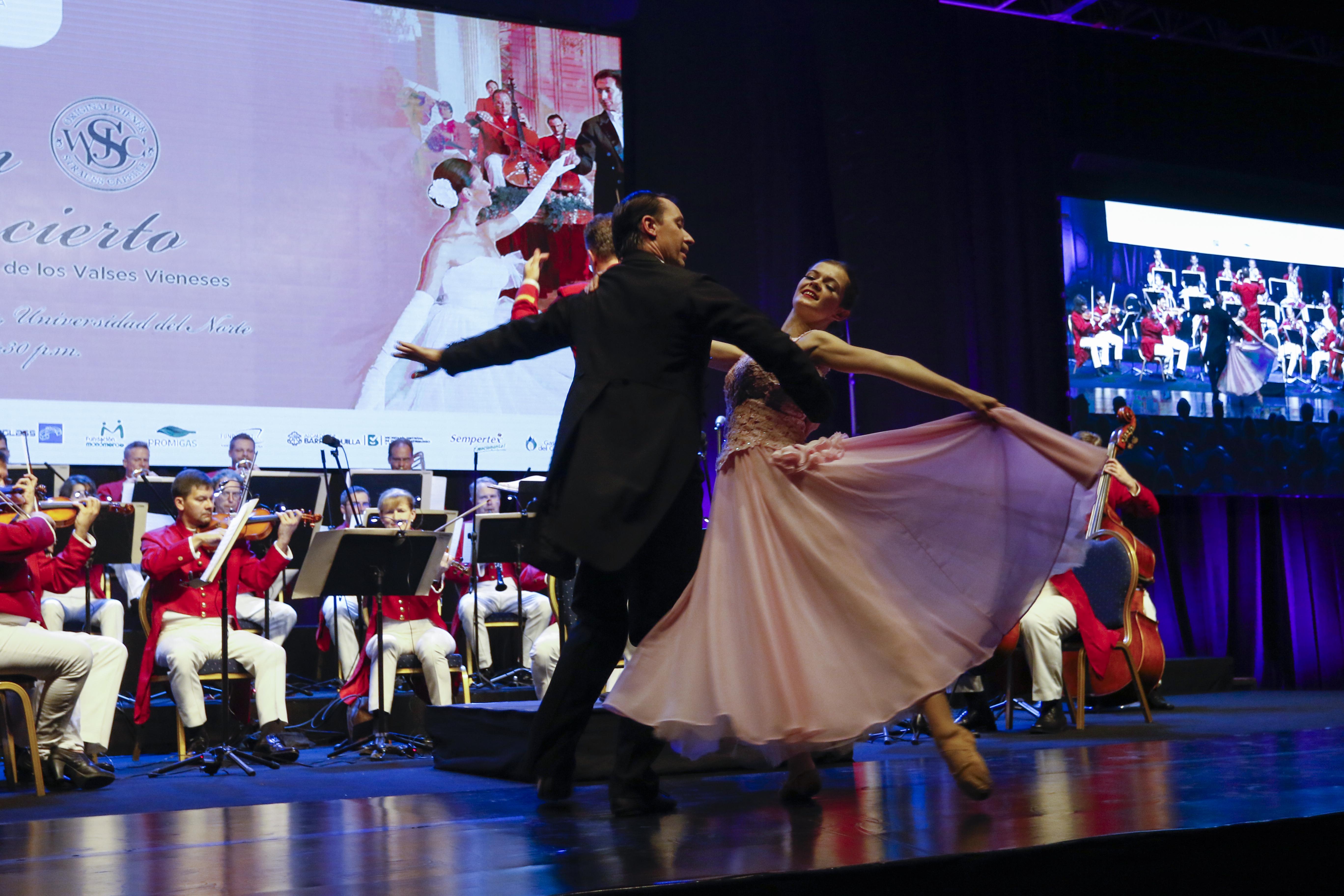 Los bailarines danzan el vals 'El danubio azul'.