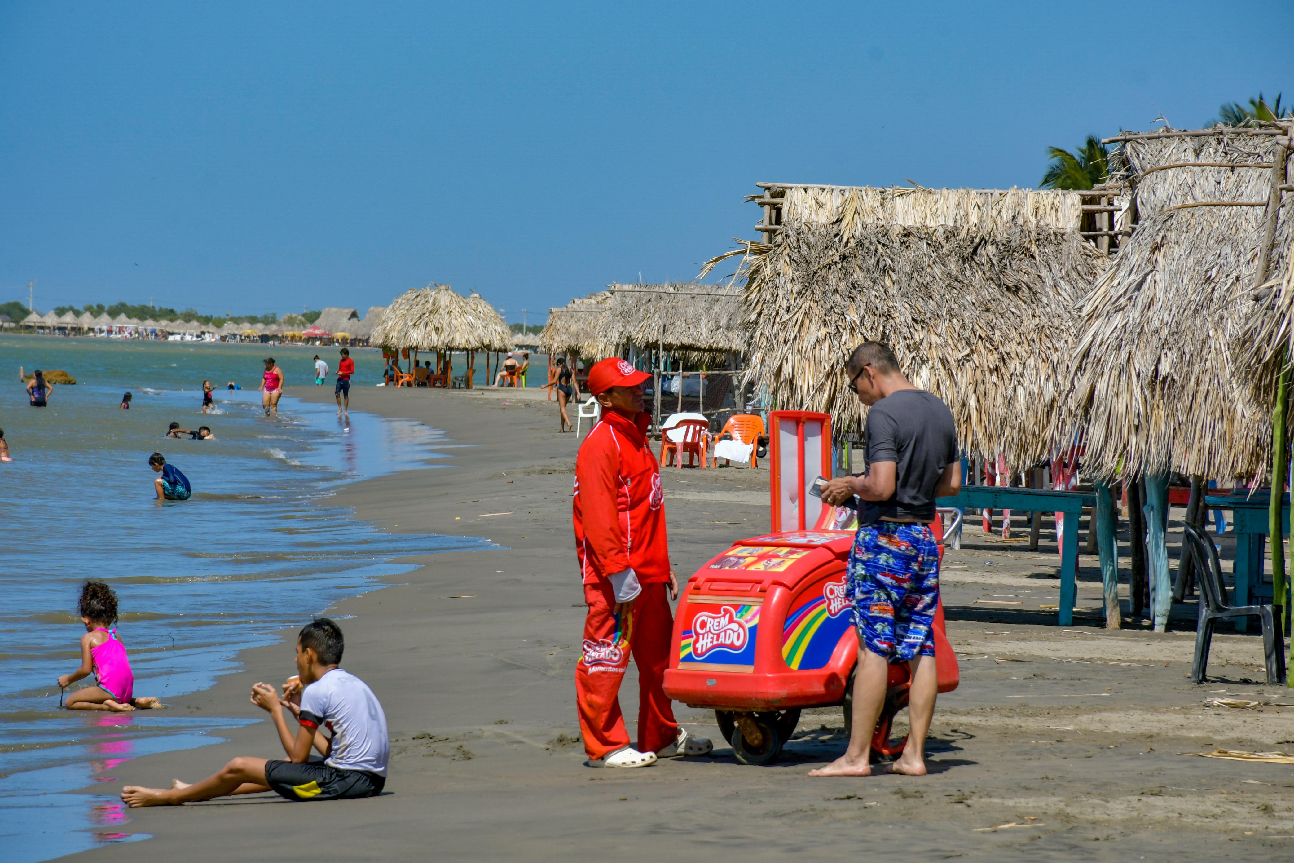 En Caño Dulce las ventas informales se estacionan a pocos metros de la zona de bañistas.