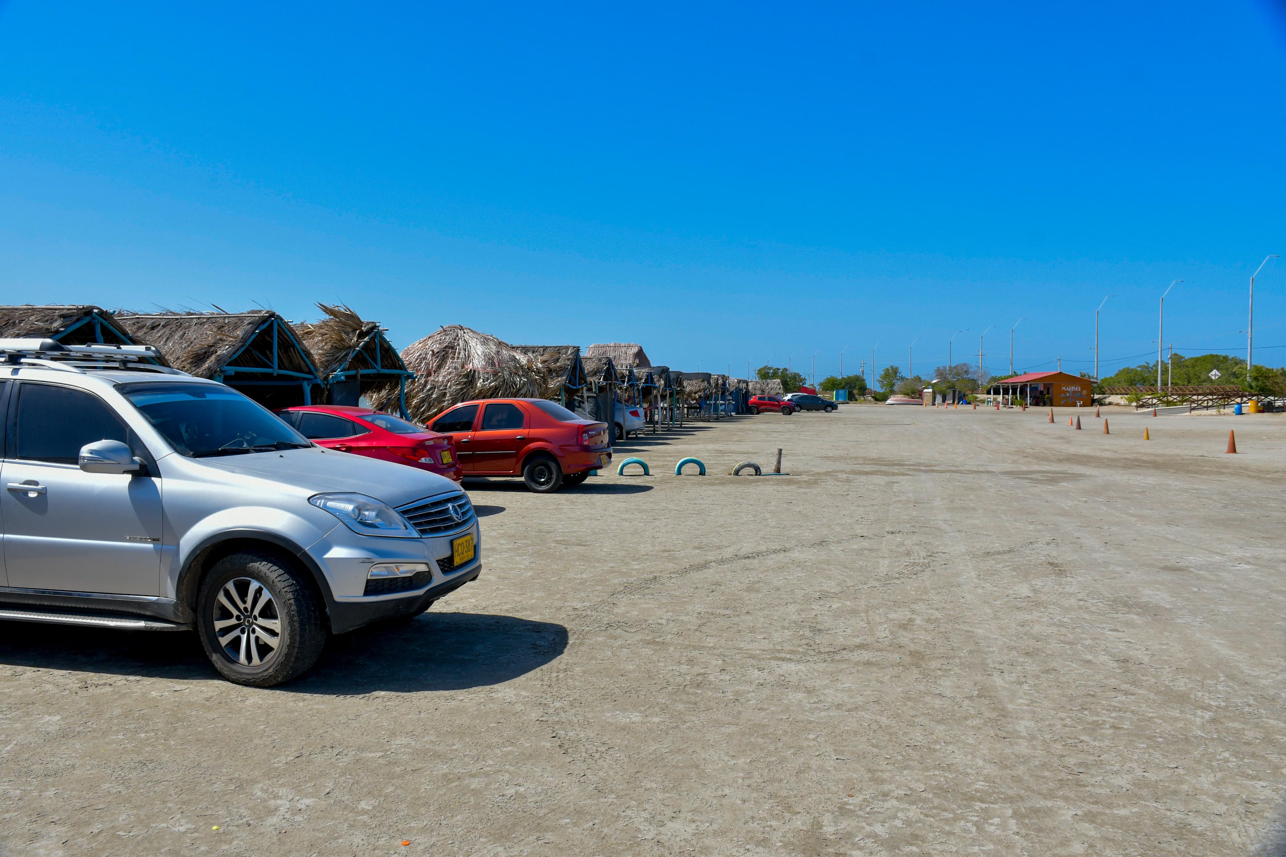 En Puerto Velero los carros se ubican en los quioscos.