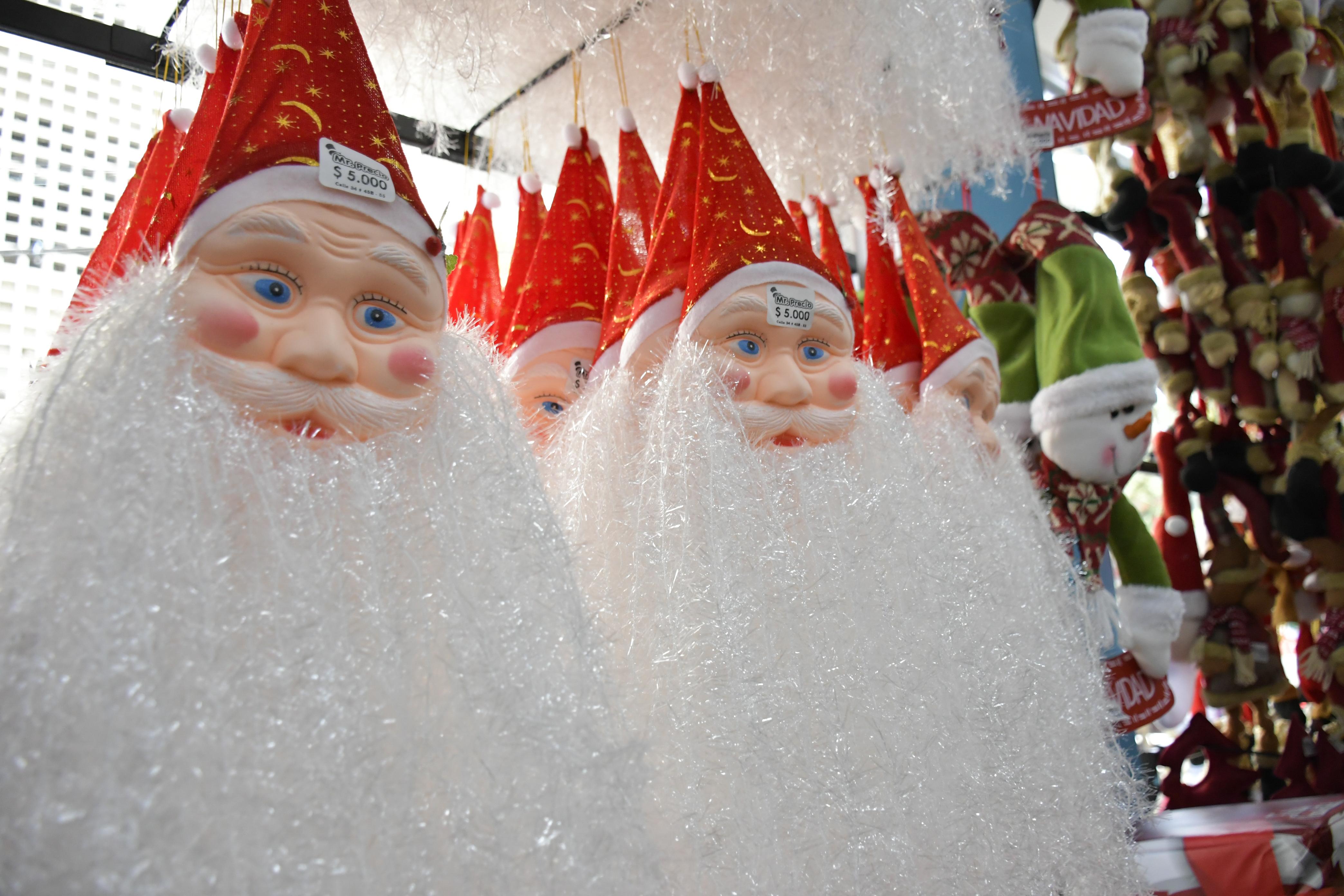 Figuras de Papá Noel en exposición.
