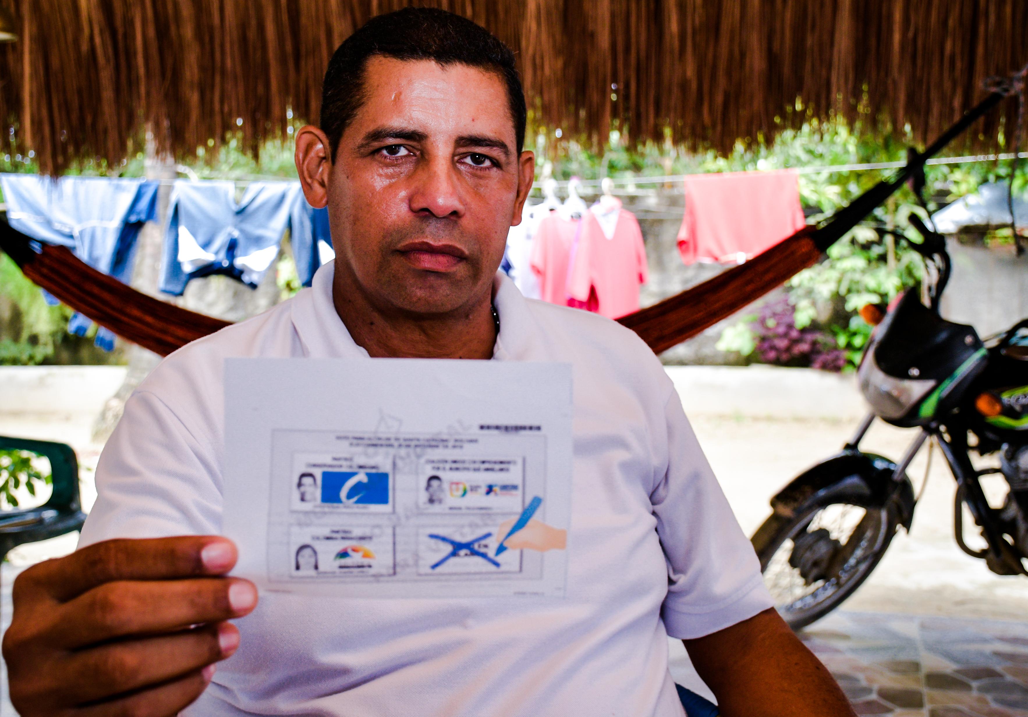 Víctor Pardo, promotor del voto en blanco enseña el tarjetón pedagógico con el que hizo la campaña en 24 horas.