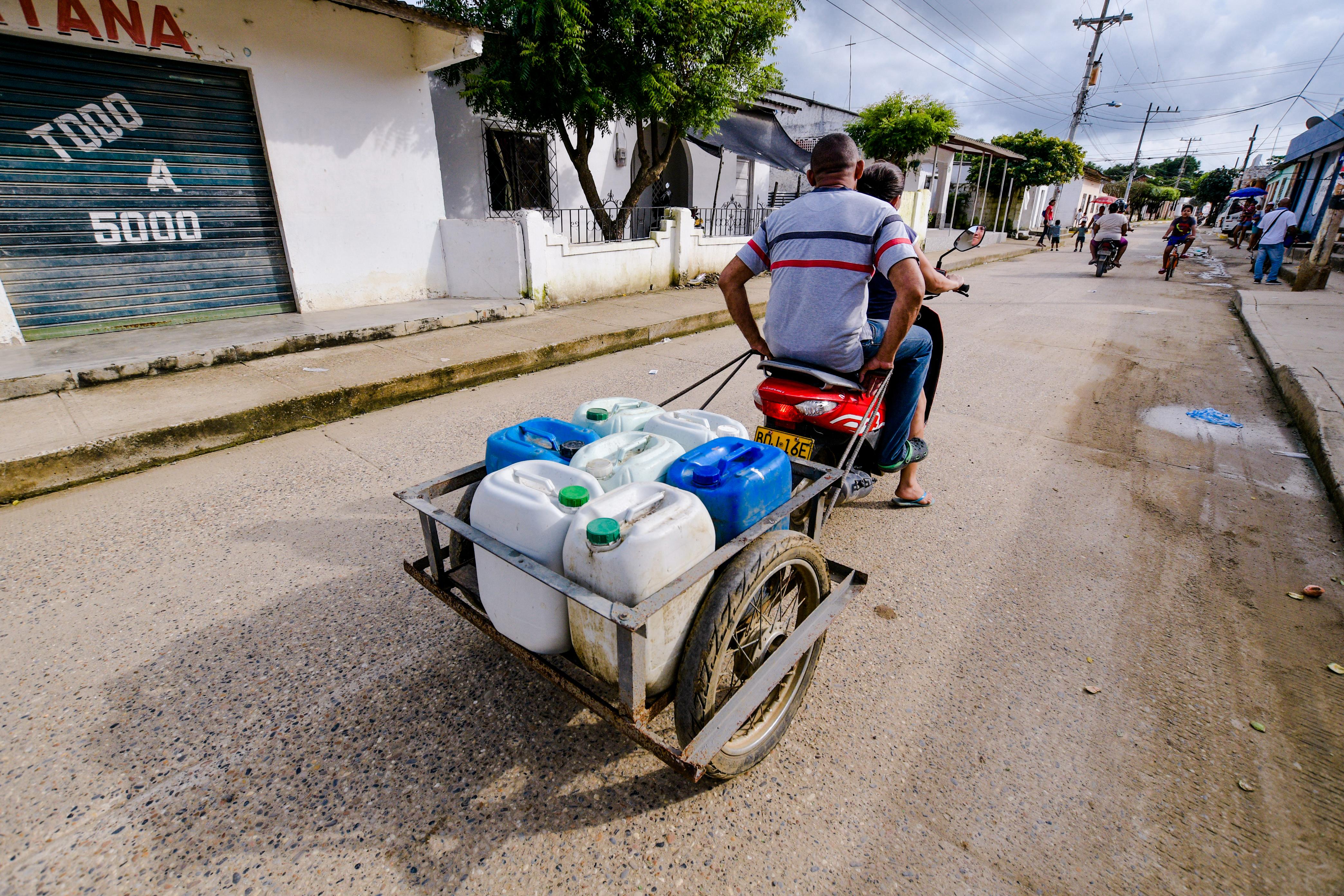 """Juan Galindo lleva pimpinas de agua hasta su casa en el sector 9 de Febrero de Santa Catalina. """"Hace más de un mes no tenemos el servicio"""", aseguró."""