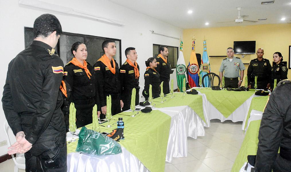 Cantando el himno en la ceremonia de cierre.