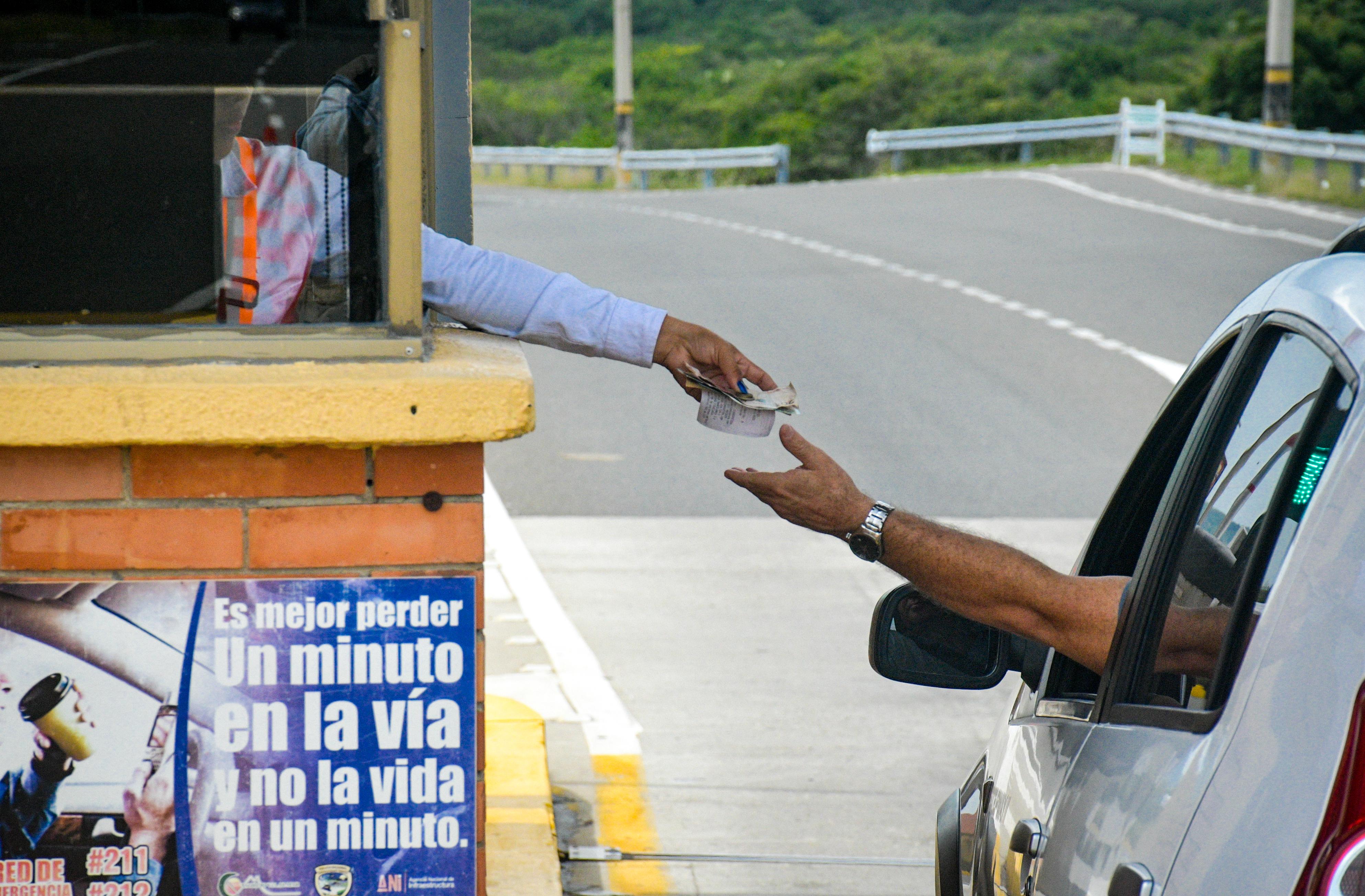 Un conductor recibe su tiquete de pago del peaje en Puerto Colombia.
