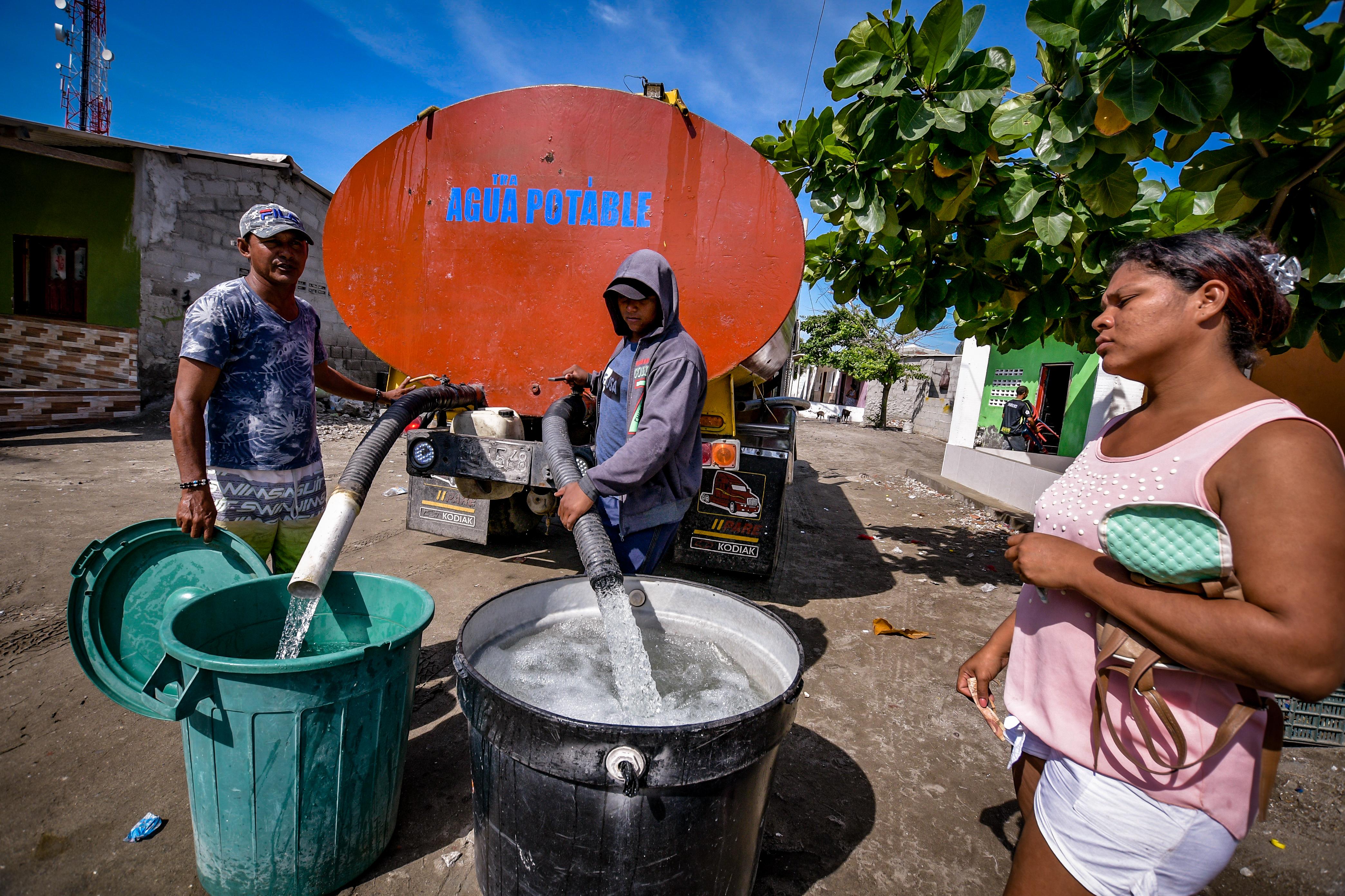 Una usuaria aguarda a que le vendan agua en el carrotanque que a diario recorre los sectores de Tasajera.