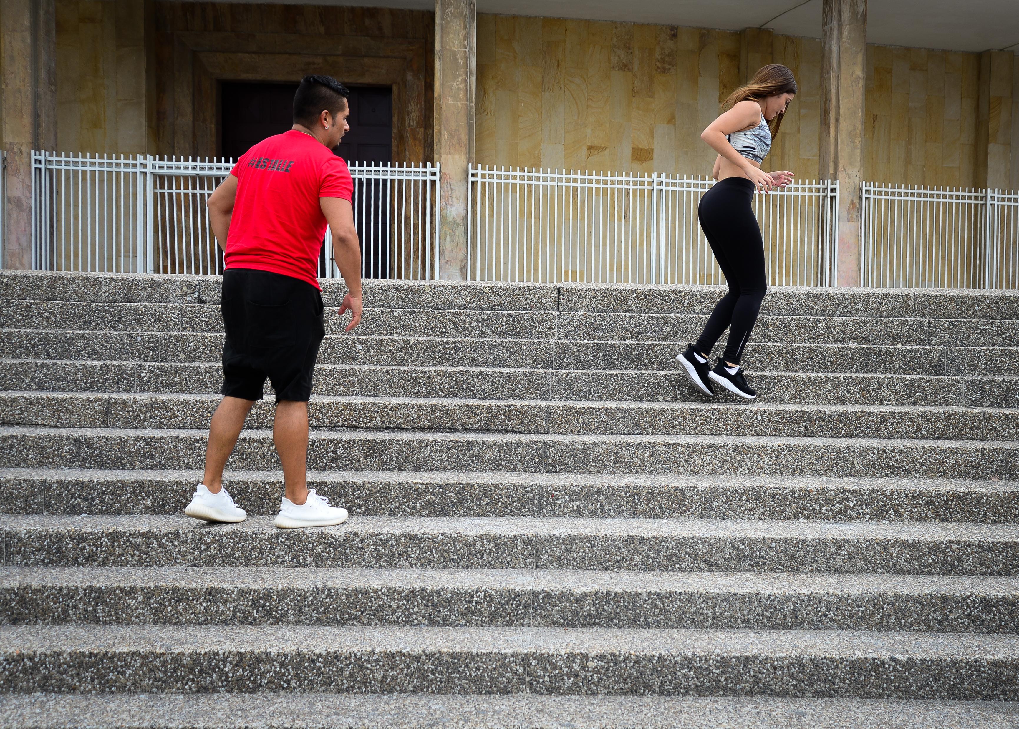 Alex emplea elementos al alcance de la mano para desarrollar las rutinas de ejercicio.