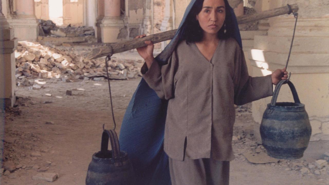 A las cinco de la tarde (2003)  La caída del régimen talibán propició la liberación de la mujer por el acceso a la educación. La directora Samira Makhmalbaf muestra  los impedimentos de la emancipación de la mujer afgana.