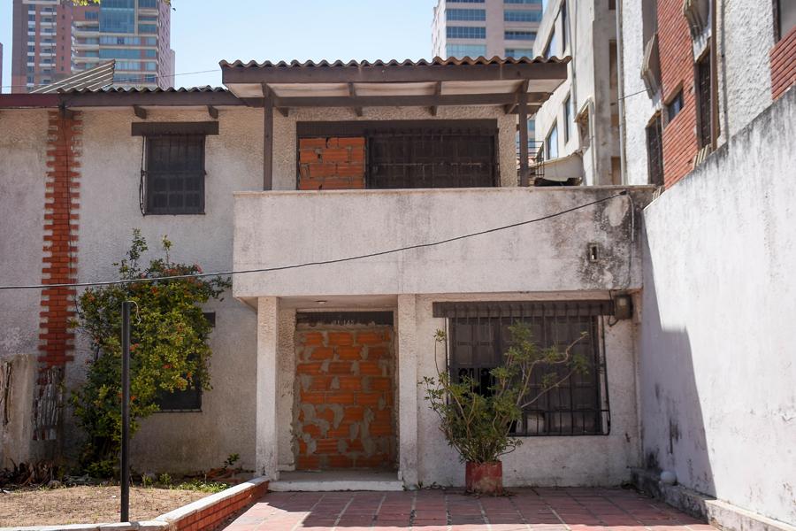 Con ladrillos han restringido el acceso a esta casa abandonada, en la carrera 59C con la calle 81.