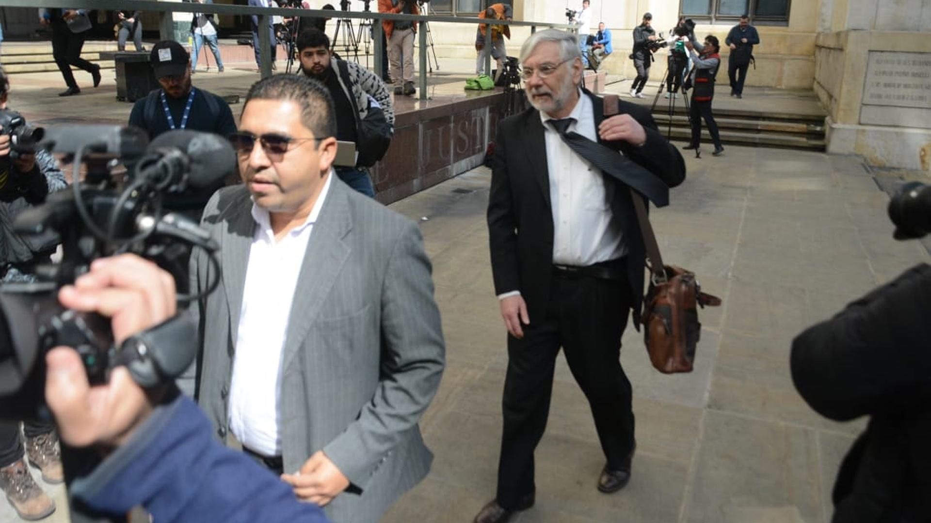 Los abogados Santrich, Gustavo Gallardo (de gris) y Eduardo Matyas (de negro), llegando a la Corte Suprema de Justicia.