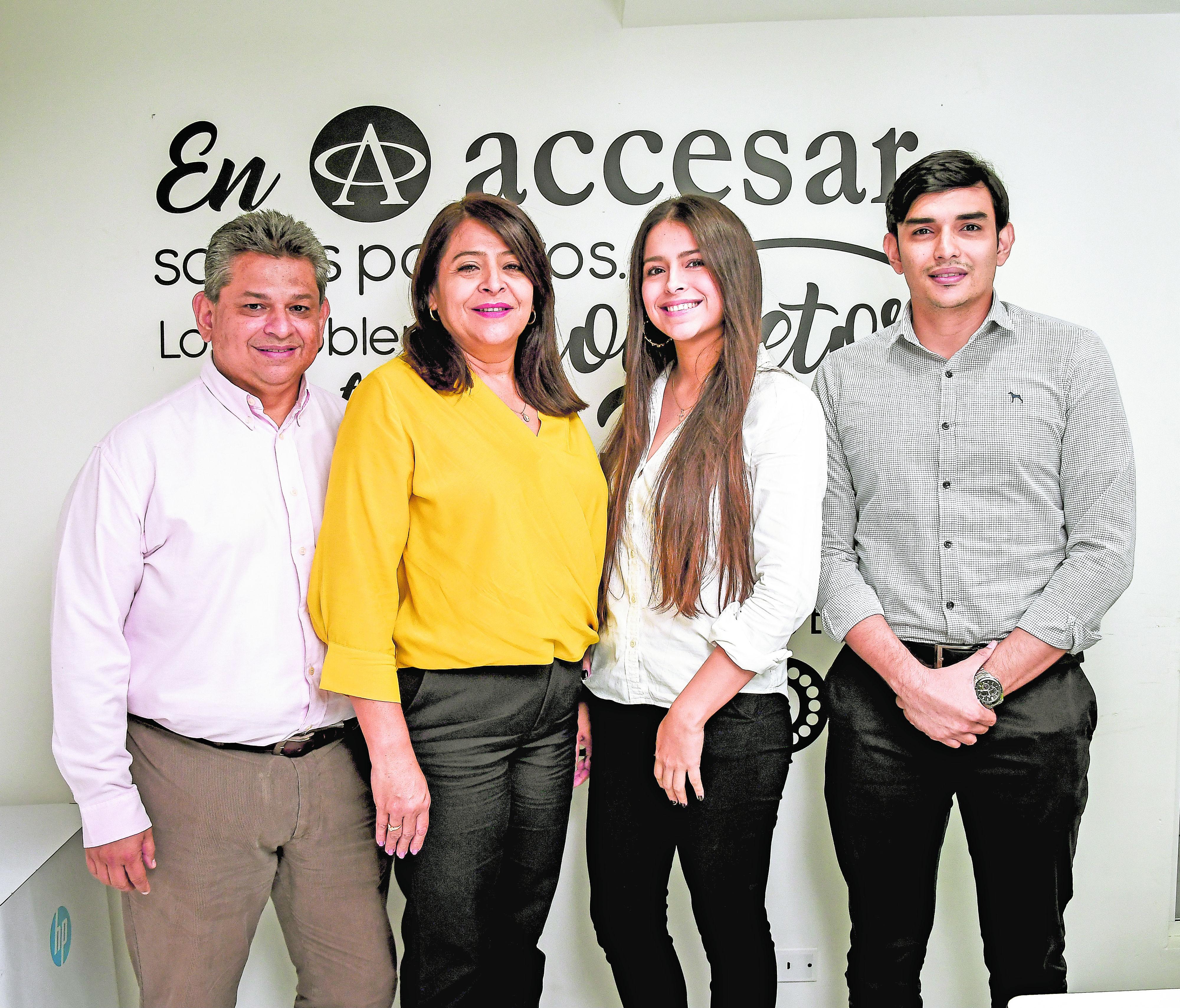 Alfredo Fernández, Claudia Luna, Gisella Fernández y Carlos Fernández,  junta de Accesar.