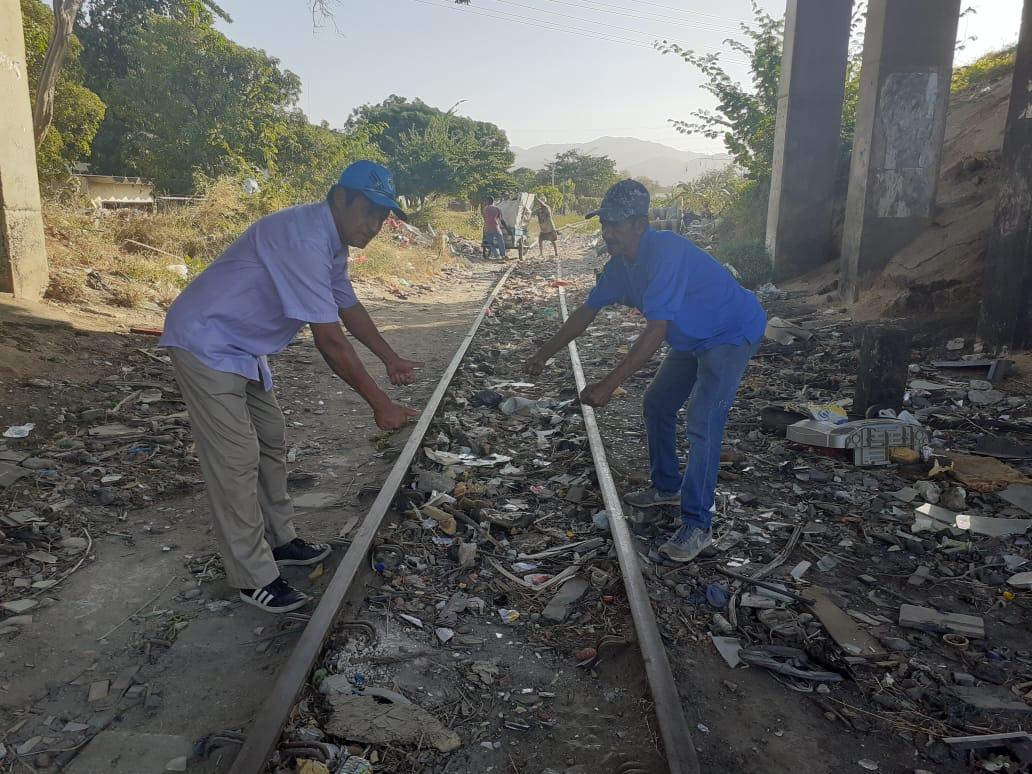 """Pedro Prado y Juan Polo en el punto del accidente. """"Aquí llegamos a ayudar"""", aseguran."""